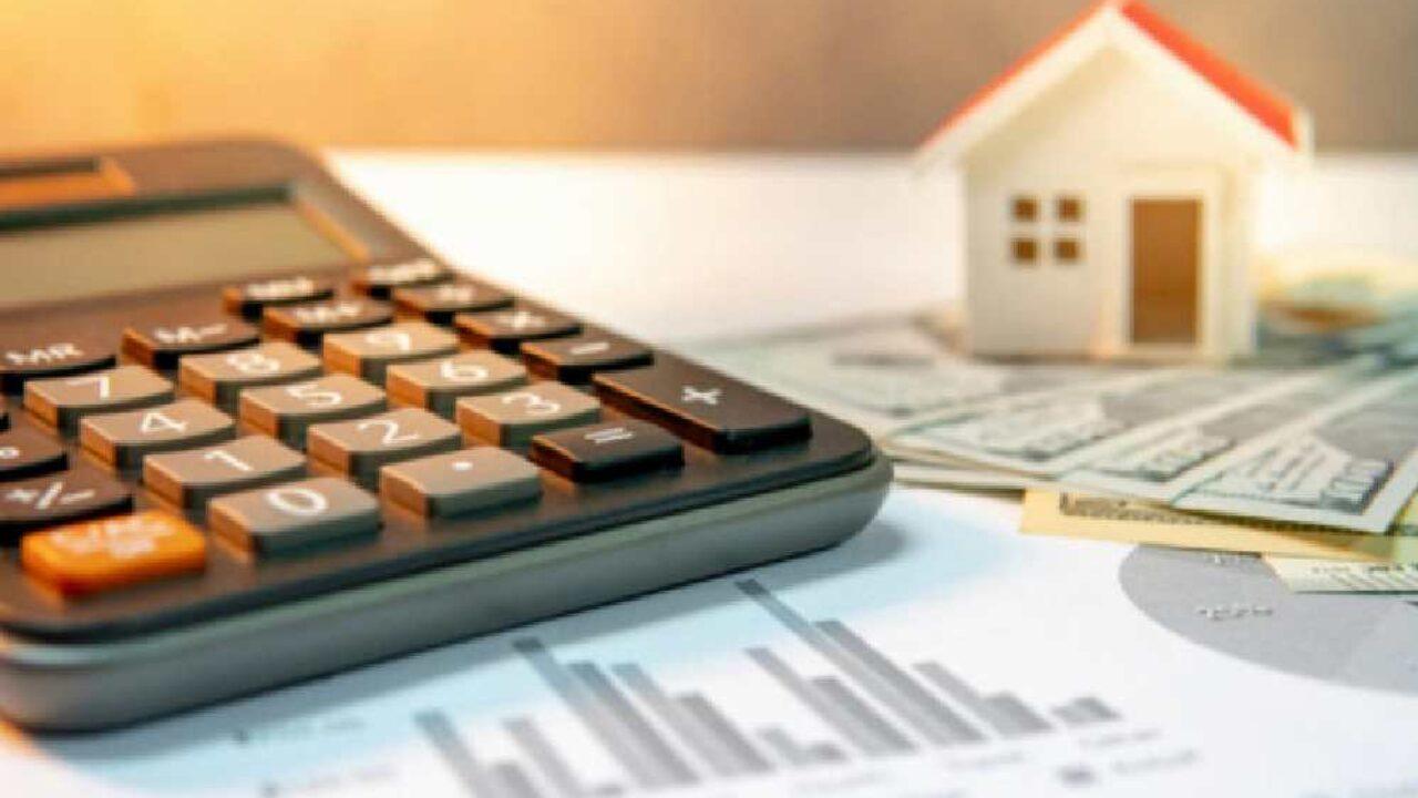 <p>2018 yılından beri kira artışı 12 aylık TÜFE ortalamaları üzerinden hesaplanıyor. TÜİK'in açıkladığı aralık ayı enflasyon verilerine göre 12 aylık TÜFE ortalaması yüzde 12,28 oldu. Böylece ocak ayında kiralara en fazla %12,28 oranında zam yapılabilecek. İşte kiraya göre fiyat artışları.</p> <p></p> <p>Enflasyon rakamlarının açıklanmasıyla kiralara yapılacak zam oranı da belli oldu. Önceden Üretici Fiyat Endeksi (ÜFE) baz alınarak yapılan kira artış hesaplamaları, 2018 yılından beri 12 aylık Tüketici Fiyat Endeksi (TÜFE) ortalamaları üzerinden hesaplanıyor.</p> <p></p> <p><strong>KİRA ARTIŞ ORANI %12,28 OLDU</strong></p> <p></p> <p>Türkiye İstatistik Kurumu (TÜİK) verilerine göre, aralıkta TÜFE yıllık %14,6, aylık %1,25 arttı. Aralık ayında 12 aylık TÜFE ise %12,28 oldu. Buna göre, ocak ayında kiralara TÜFE üzerinden yapılacak tavan artış oranı %12,28 oldu.</p> <p></p> <p><strong>HESAPLAMA ÖRNEĞİ</strong></p> <p>- Mevcut kira bedeli: 1.000 lira</p> <p>- Zam oranı: %12,28</p> <p>- Zam bedeli: 122 lira</p> <p>- Zamlı kira bedeli: 1.122 lira</p> <p></p> <p></p> <p><strong>KİRAYA GÖRE ARTIŞ ORANLARI</strong></p> <p><strong>Eski kira:</strong>1.100 lira -<strong>Yeni kira:</strong>1.235 lira</p> <p><strong>Eski kira:</strong>1.200 lira -<strong>Yeni kira:</strong>1.347 lira</p> <p><strong>Eski kira:</strong>1.300 lira -<strong>Yeni kira:</strong>1.459lira</p> <p><strong>Eski kira:</strong>1.400 lira -<strong>Yeni kira:</strong>1.571 lira</p> <p><strong>Eski kira:</strong>1.500 lira -<strong>Yeni kira:</strong>1.684 lira</p> <p><strong>Eski kira:</strong>1.600 lira -<strong>Yeni kira:</strong>1.796 lira</p> <p><strong>Eski kira:</strong>1.700 lira -<strong>Yeni kira:</strong>1.908 lira</p> <p><strong>Eski kira:</strong>1.800 lira -<strong>Yeni kira:</strong>2.021 lira</p> <p><strong>Eski kira:</strong>1.900 lira -<strong>Yeni kira:</strong>2.133 lira</p> <p><strong>Eski kira:</strong>2.000 lira -<strong>Yeni kira:</strong>2.245 lira</p>