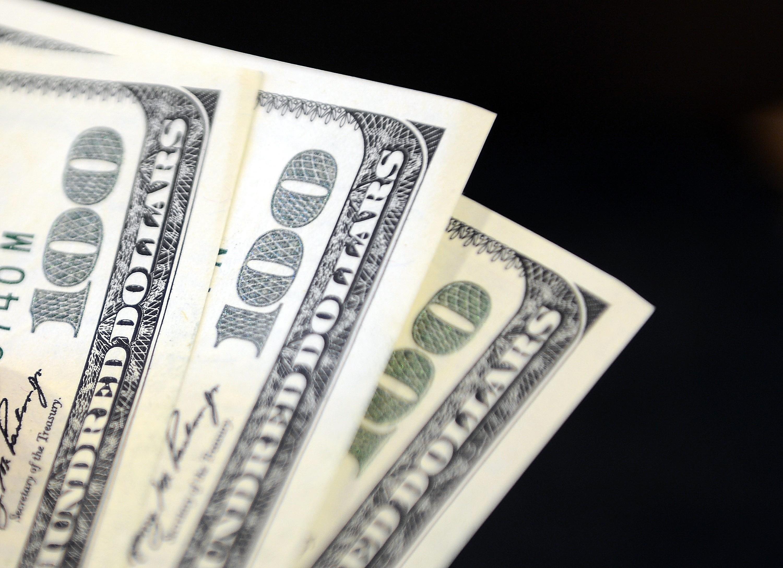 <p>Dolar 7,45 liradan, euro ise 9,12 liradan güne başladı.<br /><br /></p> <p>İstanbul Kapalıçarşı'da 7,4480 liradan alınan dolar, 7,45 liradan, 9,1180 liradan alınan euro ise 9,12 liradan satılıyor. Son kapanışta dolar 7,44 liradan, euro ise 9,09 liradan satılmıştı.</p>