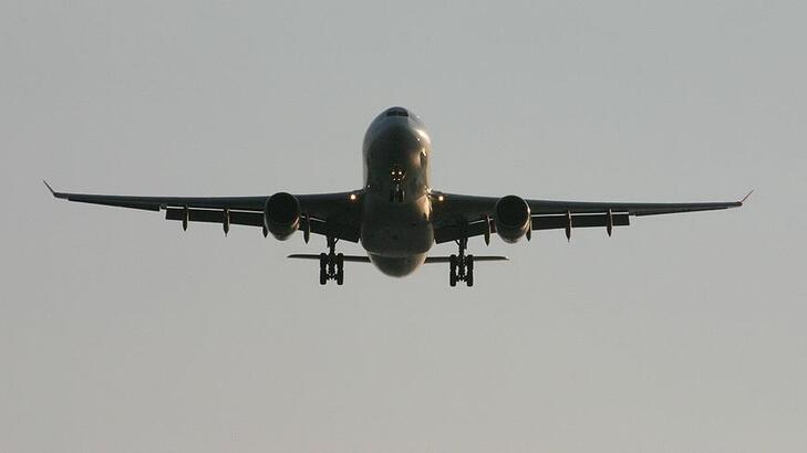 <p>Ulaştırma ve Altyapı Bakanlığı Devlet Hava Meydanları İşletmesi (DHMİ) Genel Müdürlüğü, 2020 yılının Aralık ayına ait hava yolu, uçak, yolcu ve yük istatistiklerini açıkladı. 2020 yılında yaklaşık 82 milyon kişi hava yolunu kullanırken, aralık ayında ise yaklaşık 5 milyon yolcu uçakla seyahat etti.</p> <p></p> <p>DHMİ tarafından yapılan açıklamada, Covid-19 salgınının olumsuz etkilerinin tüm dünyada havacılık sektöründe durgunluğa neden olduğu fakat Türkiye'nin bu süreci en başarılı şekilde yöneten ülkeler arasında yer aldığı belirtildi. Açıklanan istatistiklere göre 2020 yılı Aralık ayında havalimanlarına iniş-kalkış yapan uçak sayısı iç hatlarda 41 bin 979, dış hatlarda 19 bin 955 olmak üzere hizmet verilen toplam uçak trafiği üst geçişler ile birlikte 77 bin 288 oldu. Bu ayda Türkiye genelinde hizmet veren havalimanlarında iç hat yolcu trafiği 2 milyon 956 bin 528, dış hat yolcu trafiği 1 milyon 924 bin 772 oldu. Böylece söz konusu ayda direkt transit yolcular ile toplam yolcu trafiği 4 milyon 883 bin 520 olarak gerçekleşti. Havalimanları yük (kargo, posta ve bagaj) trafiği aralık ayında iç hatlarda 37 bin 623 ton, dış hatlarda 180 bin 980 ton olmak üzere toplam 218 bin 603 tona ulaştı.</p> <p></p> <p>İstanbul Havalimanı'nda ise aralık ayında iniş-kalkış yapan uçak trafiği iç hatlarda 3 bin 796, dış hatlarda 11 bin 147 olmak üzere toplamda 14 bin 943 oldu. Yolcu trafiği ise iç hatlarda 399 bin 188, dış hatlarda 1 milyon 276 bin olmak üzere toplamda 1 milyon 675 bin 188 yolcuya hizmet verildi. İstanbul Havalimanı'nda 12 aylık sürede ise 185 bin 642 uçak ve 23 milyon 409 bin 132 yolcu trafiği gerçekleşti.<br />DHMİ tarafından 50 milyon kişinin iç hatları kullandığı aktarıldı. 12 aylık (ocak-aralık) gerçekleşmelere göre havalimanlarına iniş-kalkış yapan uçak trafiği iç hatlarda 575 bin 262, dış hatlarda 280 bin 571 oldu. Böylece üst geçişler ile toplam 1 milyon 57 bin 247 uçağa hizmet verildi. Türkiye geneli havalimanları iç hat yolcu trafiğinin 49 milyon 621 bin