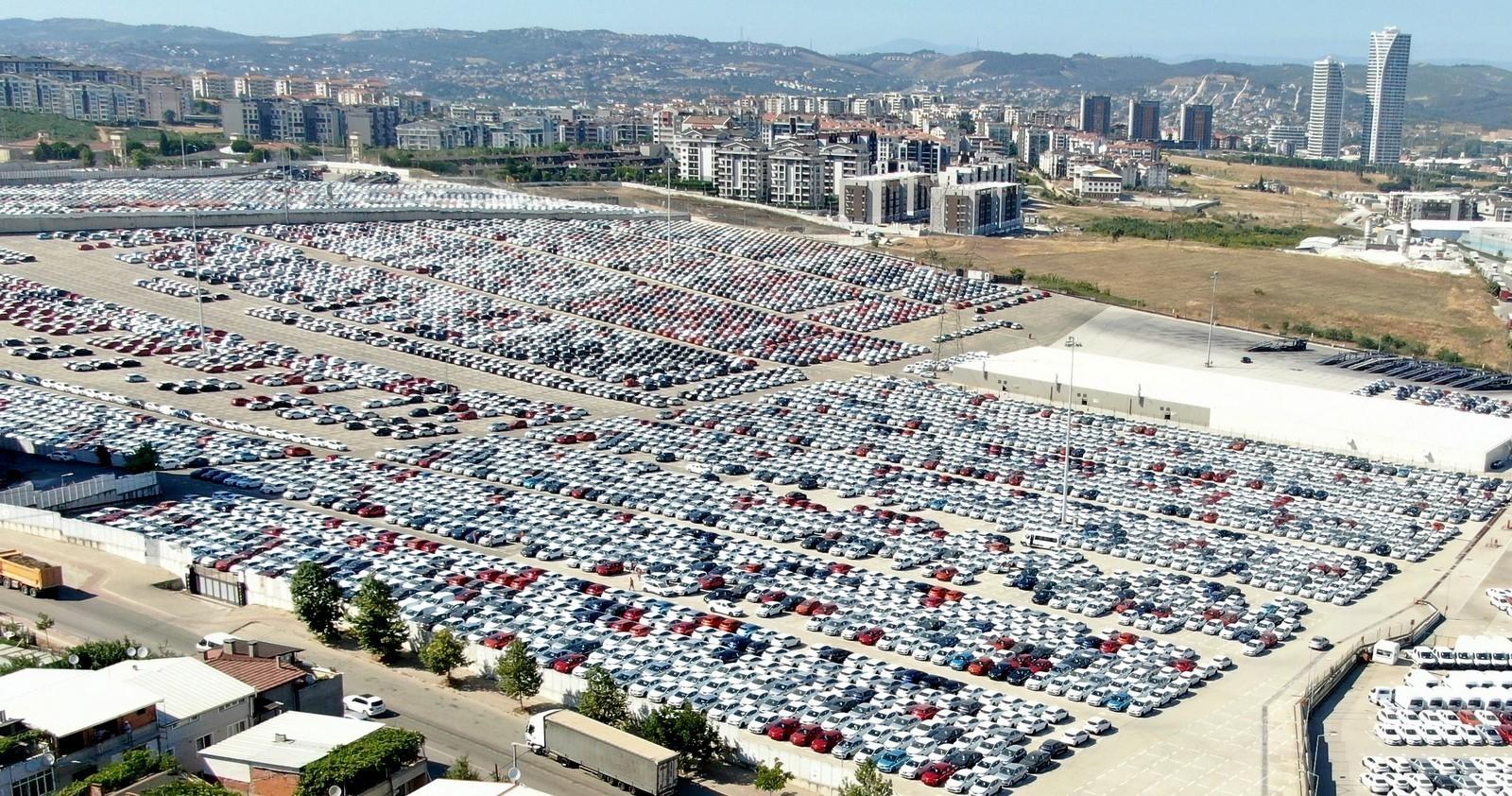 <p>Uludağ Otomotiv Endüstrisi İhracatçıları Birliği (OİB) verilerine göre, salgında ülke pazarlarının kapanmasından olumsuz etkilenen sektörlerden olan otomotiv, 2020 yılında bir önceki seneye göre yüzde 16,5 azalışla 25,5 milyar dolar ihracat gerçekleştirdi. Bununla birlikte otomotiv endüstrisi, Türkiye ihracatını yine ilk sırada tamamlayarak 15'inci şampiyonluğunu ilan etti.</p> <p></p> <p>Türkiye ve dünya korona virüs sebebiyle özellikle 2020 Mart, Nisan ve Mayıs döneminde çok ciddi düşüşler yaşarken, revize edilen otomotiv sektörü, hedeflerinde üzerine çıkarak 2020 yılını 25,5 milyar dolar ihracatla 15. şampiyonluğunu ilan etti. 2021 yılına, hem salgına karşı aşı tedavilerinin başlaması, hem de Birleşik Krallık ile imzalanan Serbest Ticaret Anlaşmasıyla moral ve motivasyonla girildi. 2021 yılında AB başta olmak üzere tüm hedef pazarlara çok daha iyi rakamlarla ihracat yapılması hedefleniyor. Türkiye otomotiv endüstrisi, salgına rağmen 2020 yılında üst üste 15. ihracat şampiyonluğuna ulaştı. Otomotiv, 2020 yılında bir önceki seneye göre yüzde 16,5 azalışla 25,5 milyar dolar ihracat gerçekleştirdi.</p> <p></p> <p>Otomotiv, sonbahar aylarında yakaladığı artış grafiğini ise geçen yıl son ayında da sürdürdü. Aralık ayında sektör ihracatı bir önceki senenin aynı dönemine göre yüzde 10 artışla 2,8 milyar dolar oldu. Otomotiv, aralıktaki artışla 2020 yılının aylık bazdaki en yüksek 2. ihracat rakamına ulaştı. Böylece endüstrinin son dört aylık ihracat ortalaması 2,75 milyar dolar oldu. Aralık ayı performansıyla Türkiye ihracatında yine ilk sırada yer alan sektörün aldığı pay ise yüzde 15,7 oldu. Aralık ayında tedarik endüstrisi ihracatı yüzde 18, eşya taşımaya mahsus motorlu taşıtlar ihracatı yüzde 44 artarken, önemli pazarlardan Fransa'ya ihracatta yüzde 26, Birleşik Krallık'a ise yüzde 66 artış kaydedildi.</p> <p></p> <p>Ürün grupları bazında Binek otomobiller 2020 yılında geçen yıla göre yüzde 20 azalışla 9 milyar 534 milyon dolar ihracat gerçekleştirirken, tüm otomo