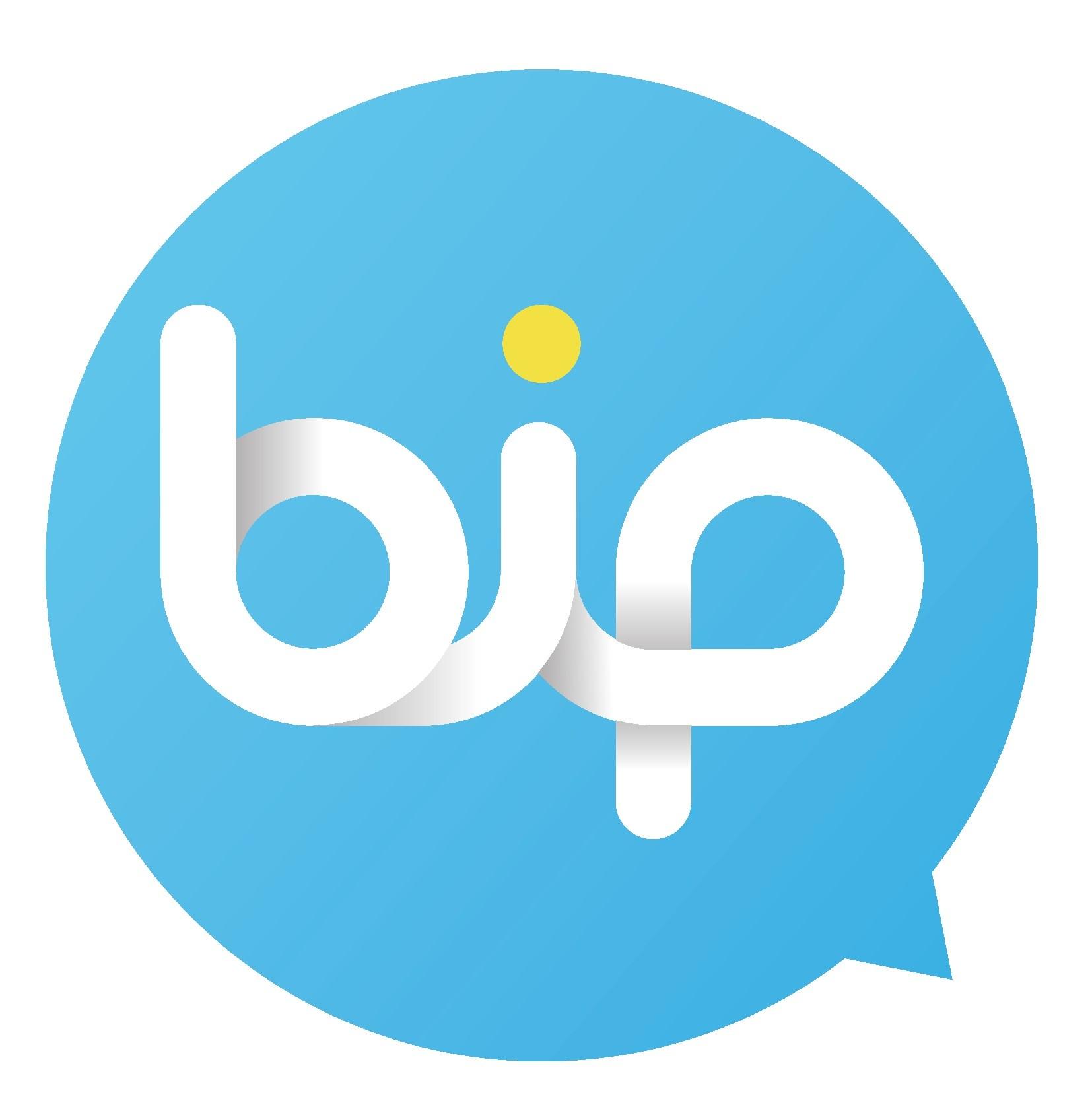 <p>Türk mühendislerinin geliştirdiği her şeyiyle Türkiye'nin uygulaması BiP son 24 saatte 1 milyon 124 bin yeni kullanıcı kazandı.</p> <p></p> <p>Tüm operatör kullanıcılarına açık iletişim ve yaşam platformu BiP'in kullanıcı sayısı son 24 saat içerisinde 1 milyon 124 bin kişi daha arttı. Turkcell'den yapılan açıklamaya göre, dünyanın 192 ülkesinde tercih edilen BiP'teki tüm verilerin yüksek güvenlikli şifreleme ile Türkiye'deki Turkcell veri merkezlerinde korunduğu bildirildi.</p> <p></p> <p><strong>Birçok yenilik getirildi</strong></p> <p></p> <p>Dünyanın içinde bulunduğu durumdan dolayı uygulamada birçok yenilik devreye alındı. Uygulama, Acil Durum özelliği ile kullanıcılarının acil durumlarda sonra durum bilgilerini ve konumlarını tek tuşla hem BiP mesajı hem de SMS ile paylaşmalarını sağlıyor. Çeviri özelliği ise anlık mesajlaşma sırasında 106 farklı dilde sohbet etmeyi sağlıyor. Keşfet bölümünde yer alan çeşitli kanallar ile kullanıcılarına bilgilendirici ve eğlenceli içerikler sunan BiP, Sağlık Bakanlığı ile iş birliği yaparak Koronavirüs Bilgilendirme ve Danışma Kanalı da açtı. Operatör ayrımı olmadan BiP kullanıcıları bu kanal üzerinden koronavirüs testi yapabiliyor ve gerekli durumlarda ALO 184 Sağlık Bakanlığı İletişim Merkezi Danışma Hattı'na ücretsiz ulaşabiliyor.</p>