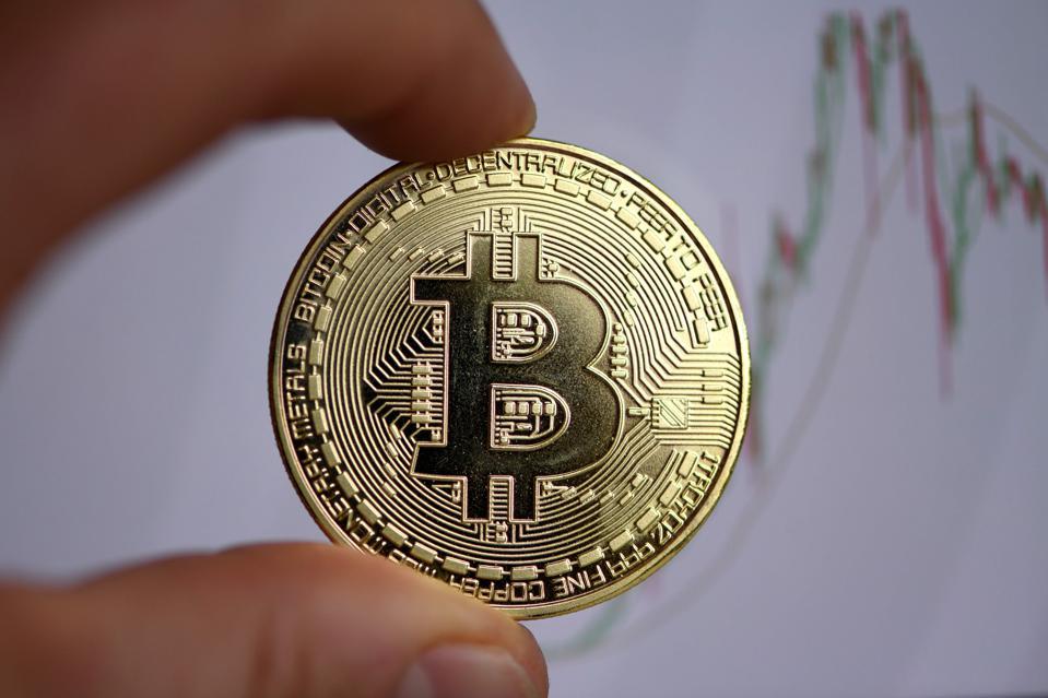 <p>Dün JP Morgan tarafından hazırlanan raporda dijital altın olarak nitelenen ve 146 bin dolara kadar yükselme potansiyeli bulunduğu belirtilen Bitcoin bugün 35 bin doların üzerine yükselerek yeni rekor kırdı.<br /><br /></p> <p>Dünyanın en yüksek pazar payına sahip kripto parası olan Bitcoin, 35,751 dolarla rekor seviyeyi görürken vadeli piyasada fiyat 36 bin doları da geride bıraktı.<br /><br /></p> <p>Bitcoin son 24 saatte %13,4, 2021 yılında ise %17,91 kazandırdı.</p>
