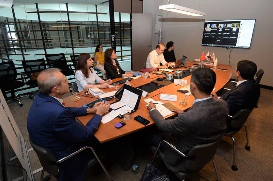 <p>Bursa Ticaret ve Sanayi Odası'nın (BTSO) iş dünyasına yönelik eğitim ve gelişim platformu olan BTSO Akademi Projesi 2020 yılını rekorla kapattı. 2020 yılında büyük bir bölümü dijital platformda olmak üzere 80'den fazla düzenlenen eğitimi 27 bine yakın kişi takip etti.</p> <p></p> <p>BTSO, üyelerinin iş hayatındaki başarılarına destek vermek ve profesyonel ölçülerde eğitim - gelişim hizmetleri sağlamak amacıyla hayata geçirdiği BTSO Akademi Projesi'ne ara vermeden devam ediyor. 2020 yılına hızlı bir başlangıç yapan BTSO Akademi Projesi kapsamında mart ayına kadar yüz yüze 21 eğitim düzenledi. Tüm dünyayı etkisi altına alan korona virüs salgını dolayısıyla eğitimlere yönelik format değiştiren BTSO Akademi, yılın 9 ayında online ortamda 61 eğitim gerçekleştirdi.</p> <p></p> <p>BTSO Dijital Oda Projesi çalışmaları kapsamında gerçekleştirilen online eğitimlere iş dünyası temsilcileri de yoğun ilgi gösterdi. Son 7 yılda 430'u aşkın eğitim programında yaklaşık 35 bin yönetici ve çalışanın faydalandığı BTSO Akademi'de 2020 yılında düzenlenen tüm eğitimleri 26 bin 872 kişi takip etti. Zoom uygulamasının yanı sıra Odanın Youtube hesaplarından yayınlanan video konferans eğitimlerinde katılımcılar konuşmacılara sorular yöneltti.</p> <p></p> <p><strong>Devlet destek ve teşvikleri eğitimlerine iş dünyası büyük ilgi gösterdi</strong></p> <p></p> <p>BTSO Akademi kapsamında Mart ayına kadar düzenlenen yüz yüze eğitimlerde e-ticaret, müşteri ile ilişkiler, yalın üretim ve dijitalleşme gibi farklı konu başlıkları işlendi. Pandeminin başlamasıyla birlikte de BTSO Akademi'de dijital bir düzenleme getiren BTSO, öncelikle devletin iş dünyasına sunduğu destek ve teşvikler hakkında birçok program düzenledi. Eğitimlerde kurum müdür ve yöneticileri, iş dünyasını yakından ilgilendiren kısa çalışma ödeneği, Sosyal Güvenlik Kurumu, KOSGEB ve İŞKUR destekleri, vergi düzenlemeleri ve devletin pandemi sürecindeki birçok desteği hakkında detaylar paylaştı.<br />Yıl boyunca düzenlenen 82 eğitim pr