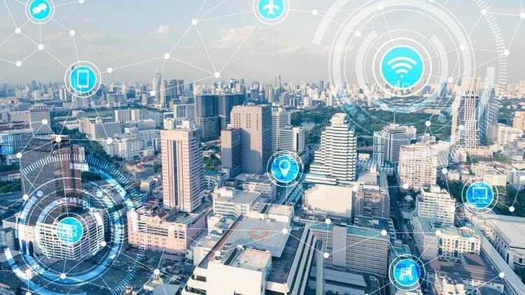 """<p>Türk Telekom, yeni nesil şehircilikte hayata geçirdiği çalışmalara 9 ilde 50'den fazla hizmetle devam ediyor.</p> <p></p> <p>Türkiye'nin dijital dönüşümünde önemli rol oynayan Türk Telekom, Enerji Verimliliği Haftası'nda yaptığı açıklamada; 5G ve yapay zekâ yatırımlarını sürdürürken, 'Yeni Nesil Şehirler İnisiyatifi' ile bu teknolojilerin ilk adımını 9 kentte hayata geçirdiğini duyurdu. Türk Telekom, ürün ve hizmetleriyle trafikten kamu güvenliğine, sulamadan aydınlatmaya kadar akıllı yaşama dair tüm alanlarda enerji tasarrufu sağlıyor. Yeni Nesil Şehir Platformu adı altında, yeni nesil ulaşım, enerji, çevre, sağlık, yaşam ve güvenlik alanlarında 50'den fazla hizmet sunuluyor.<br />Bu çalışmalar kapsamında, Karaman, Kars, Antalya, Kırşehir, Mersin ve Edirne'den sonra, Elektronik Denetleme Sistemi ile Denizli Büyükşehir Belediyesi, Yeni Nesil Kavşak ile Elazığ Belediyesi, Halka Açık Wi-Fi, Yeni Nesil Şehir Mobilyaları ve Mobil Uygulama ile Kütahya Belediyesi yeni nesil şehir çözümlerine kavuşturuldu. Ayrıca toplam 21 belediyede Sosyal Medya Yönetim Yazılımı hizmeti sunularak """"Dijital ve İnteraktif Belediyecilik"""" vizyonu desteklendi.</p> <p></p> <p><strong>""""Kamu kaynaklarının etkin kullanılmasını sağlıyoruz""""</strong></p> <p></p> <p>Türk Telekom olarak yaşam kalitesi yüksek, sürdürülebilir ve güvenli şehirler inşa ederek, yeni konseptler geliştirdiklerini ifade eden Türk Telekom Kurumsal Satış Genel Müdür Yardımcısı Mustafa Eser, """"Türk Telekom olarak Yeni Nesil Şehirler'de, sensörler ve taşıtlar gibi farklı kanallardan toplanan verileri, Türk Telekom IoT platformunda işleyip anlamlandırarak ileriye dönük kararlar alınmasını ve kamu kaynaklarının etkin kullanılmasını sağlıyoruz"""" dedi.</p> <p></p> <p><strong>Elektrikte yüzde 40, sulamada yüzde 30 tasarruf</strong></p> <p></p> <p>Kamu hizmetleri de dâhil şehirlerin tüm ihtiyaçları için akıllı çözümleri devreye soktuklarını belirten Eser, Yeni Nesil Enerji uygulamaları sayesinde elektrikte yüzde 40, sulamada yüzde 30'a """