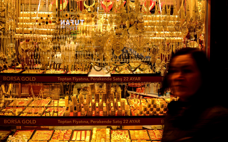 <p>Serbest piyasada 24 ayar külçe altının gram satış fiyatı 460,20 lira oldu.</p> <p></p> <p>İstanbul Kapalıçarşı'da 460 liradan alınan 24 Ayar Külçe Altın (Gr.) 460,20 liradan, 3 bin 33 liradan alınan Cumhuriyet Ata Lira 3 bin 54 liradan, 420 liradan alınan 22 Ayar Bilezik (Gr.) 424 liradan, 2 bin 964 liradan alınan Lira (Tam) Ziynet 2 bin 984 liradan, bin 482 liradan alınan Yarım Ziynet bin 492 liradan ve 741 liradan alınan Çeyrek Ziynet 746 liradan satılıyor.</p>
