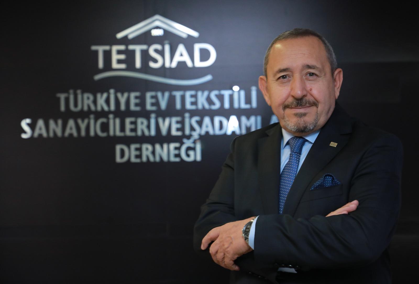 """<p>Türkiye Ev Tekstili Sanayici ve İş İnsanları Derneği (TETSİAD) Başkanı Hasan Hüseyin Bayram, 2020 yılında pandeminin tüm olumsuzluklarına rağmen üyelerinin, sektörün süreçle birlikte dünyada oluşan yeni iş yapış şekilleri, trendler ve pazarlara uyum sağlayarak, geleceğine katkı sunabilmek adına aralıksız çalıştıklarını belirtti.</p> <p></p> <p>TETSİAD Başkanı Hasan Hüseyin Bayram, Pandemi süreci ile birlikte tüm dünyada insan ve toplum sağlığının öncelik olarak alınması ile iş yapış şekillerinden tüketici alışkanlıklarına, sosyal yaşamdan ticaret anlayışına kadar birçok konuda köklü değişikliklerin oluştuğunu vurguladı. Sürecin zorluklarla birlikte oluşan yeni bir dünya düzeni ve yeni fırsatları da beraberinde getirdiğini belirterek, üyelerini ve sektör temsilcilerini gidişattan haberdar ederek, sürece uyum sağlamalarına destek vermek amacıyla düzenli aralıklarla ve alanlarında uzman konuşmacı olarak katılımları ile seminerler gerçekleştirdiklerini anlattı.</p> <p></p> <p>Pandemi ile birlikte dünyada oluşan yeni ekonomi düzenine ayak uydurmak için dünyada oluşan yeni trendleri yakından takip ettiklerini anlatan Hasan Hüseyin Bayram, """"Teknolojinin son yıllardaki hızlı gelişimi ile iş yaşamında yeni bir dönemi başlatan dijitalleşme süreci, pandemi ile birlikte daha da hızlandı ve artık olmazsa olmaz hale geldi. Bizler de toplantılarımızı, seminerlerimizi, iş görüşmelerimizi sanla platformları kullanarak gerçekleştiriyor, işlerimizi dijital dünya üzerinden takip ediyoruz. Yanı sıra artık son yıllarca gittikçe globalleşen dünyada sınırlar iyice ortadan kalktı ve teknoloji sayesinde artık kıtalar ötesine rahatlıkla ulaşılabiliyor ve ticaret yapılabiliyor. İş toplantıları, sözleşmeleri ve hatta fuarlar dahi artık dijital dünya üzerinden yapılabiliyor ve ürünleriniz sergilenebiliyor"""" dedi.</p> <p></p> <p>Yeni dünya düzeninde güçlü bir şekilde yer bulabilmenin yolunun dünya genelinde değişen tüketim alışkanlıklarına uygun bir şekilde kaliteli ve nitelikli ürünler üretere"""