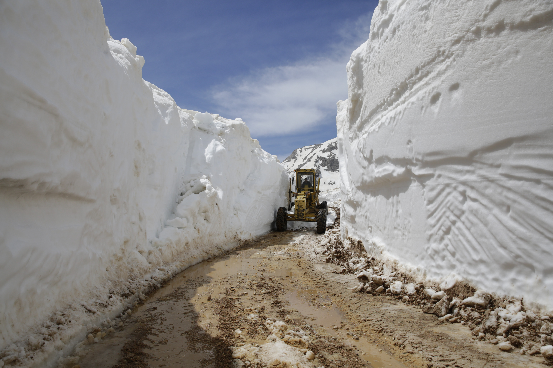 <p>Antalya Büyükşehir Belediyesi, 2020 yılında Kaş'tan Gazipaşa'ya 19 ilçenin kırsal mahalle grup yolları ve yayla yollarında 160 kilometrelik asfalt çalışması yaptı. Kırsal yollar için 33 milyon lira harcandı.</p> <p></p> <p>Antalya Büyükşehir Belediyesi Kırsal Hizmetler Daire Başkanlığı ekipleri, 2020 yılında ilçelerin kırsal mahallelerinde vatandaşların daha konforlu ulaşımı için çalışmalarını aralıksız sürdürdü. Yeni açılan yollar, asfaltlama, stabilize yol çalışmaları, karla mücadele, bakım onarım ve alt yapı çalışmaları için 33 milyon lira harcandı. Kış aylarında yaşanan sel ve heyelandan zarar gören noktalara anında müdahale ederek vatandaşların mağduriyet yaşamasını önlendi.</p> <p></p> <p>Kırsal Hizmetler Dairesi Başkanlığı ekipleri, 19 ilçede yaklaşık 160 km asfalt çalışması yaptı. 309 kilometre stabilize yol yapımı gerçekleştiren Büyükşehir Belediyesi, ayrıca heyelan nedeniyle bozulan 99 kilometre yolu onarırken, bin 950 kilometre greyderle bakım çalışması yaptı. Kış aylarında yağış yüzünden bozulan yollara yaklaşık 2 bin 732 metre büz döşendi. Yol yama ekipleri, ağır tonajlı araçların bozduğu yollarda 2 bin 350 ton asfalt kullanarak bakım onarım çalışması yaptı. Ayrıca 555 kilometre karla mücadele gerçekleştirildi.</p>