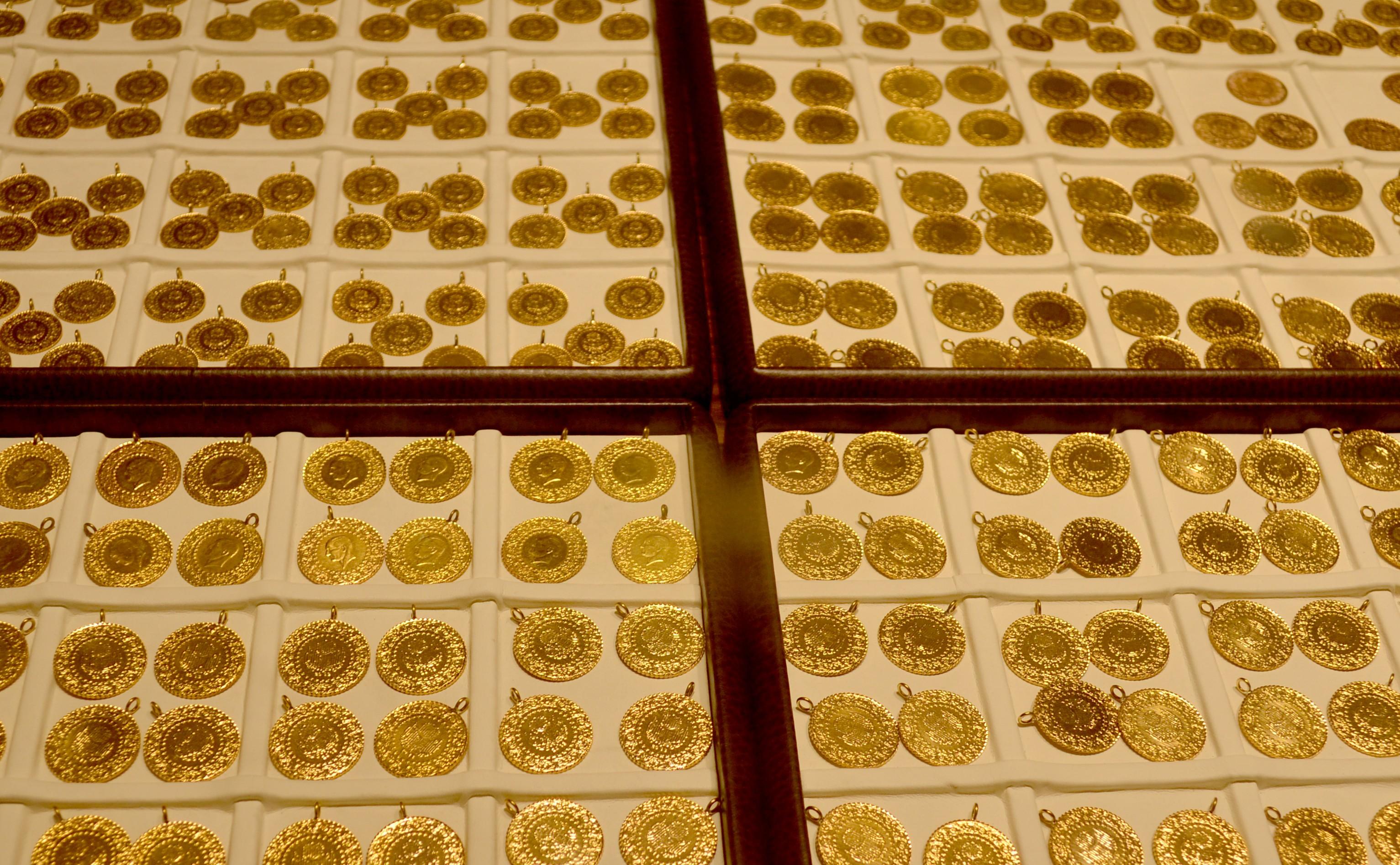 <p>Serbest piyasada 24 ayar külçe altının gram satış fiyatı 461,20 lira oldu.</p> <p></p> <p>İstanbul Kapalıçarşı'da 461 liradan alınan 24 Ayar Külçe Altın (Gr.) 461,20 liradan, 3 bin 38 liradan alınan Cumhuriyet Ata Lira 3 bin 59 liradan, 420,50 liradan alınan 22 Ayar Bilezik (Gr.) 424,50 liradan, 2 bin 969 liradan alınan Lira (Tam) Ziynet 2 bin 989 liradan, bin 484 liradan alınan Yarım Ziynet bin 494 liradan ve 742 liradan alınan Çeyrek Ziynet 747 liradan satılıyor.</p>
