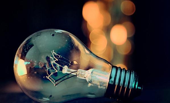 <p>Enerji Piyasası Düzenleme Kurumu (EPDK), elektrik faturası 75,11 lira veya üzerinde olan abonelerin serbest tüketici olabileceği kararını aldı.</p> <p></p> <p>Resmi gazetede yayınlanan EPDK kararları doğrultusunda, elektrikte serbest tüketici limiti 2021 için 1200 kilovatsaate düşürüldü. Bu limit değere karşılık gelen teorik piyasa açıklık oranı talep tarafında yüzde 97,2 olarak hesaplandı. Yeni belirlenen limite göre elektrik faturasında geçmiş yıl veya cari yıl tüketimi 1200 kilowattsaat ve üzerinde olan tüketici, serbest tüketici niteliğine kavuşacak. Yani 2021'de aylık elektrik faturası 75,11 lira veya üzerinde olan aboneler, serbest tüketici olabilecek. Geçen yıl 1400 kilovatsaat olarak belirlenen serbest tüketici limitinin 1200 kilovatsaate düşürülmesiyle birlikte yaklaşık 2,7 milyon abone daha serbest tüketici niteliğine kavuşmuş olacak. Böylece, Türkiye genelinde yıllık tüketimi 1200 kilovatsaatin üzerinde olan tüketici sayısı 23,5 milyona çıkacak. Türkiye'de, yaklaşık 45 milyon elektrik abonesi bulunuyor.<br /><br /></p> <p><strong>Serbest tüketici, ikili anlaşma yoluyla elektrik tedarikçisini seçerek daha ucuz fiyata elektrik satın alabiliyor</strong></p> <p></p> <p>Serbest tüketici niteliği kazanan aboneler, serbest tüketici olmanın sunduğu tedarikçi seçme ve ikili anlaşmayla daha ucuza elektrik alma fırsatını değerlendirirken aşağıdaki konularda dikkatli davranması gerekiyor. Serbest tüketici niteliğine haiz aboneler, kendi tedarikçisini seçerek ikili anlaşmalar yoluyla elektrik alabiliyor. Elektrik piyasası mevzuatına göre, üretim lisansı sahibi tüzel kişiler ve tedarik lisansı sahibi tüzel kişiler serbest tüketicilere elektrik enerjisi satışı yapabiliyor. Serbest tüketici, ikili anlaşma yoluyla elektrik tedarikçisini seçerek daha ucuz fiyata elektrik satın alabiliyor. İkili anlaşmalar, gerçek ve tüzel kişiler arasında yapılan ticari anlaşma olma özelliği taşıyor ve anlaşma şartlarını taraflar serbestçe belirleyebiliyor.<br /><br /></p> <p><strong>Li