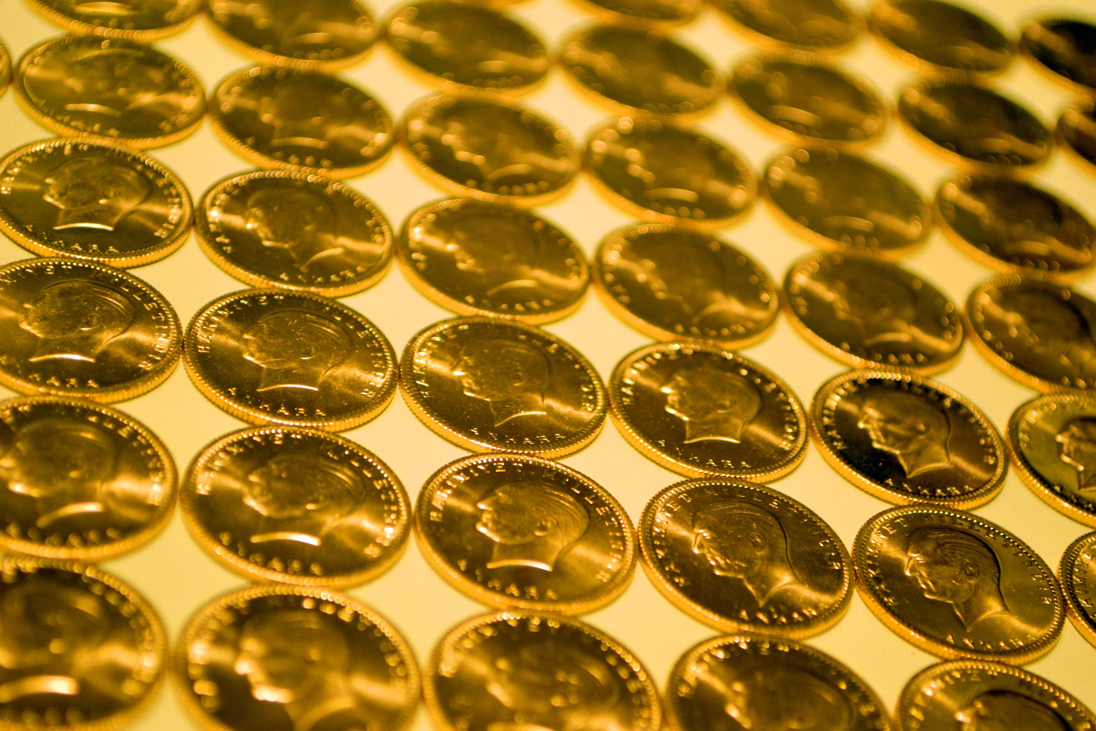 <p>Serbest piyasada 24 ayar külçe altının gram satış fiyatı 453,70 lira oldu.</p> <p></p> <p>İstanbul Kapalıçarşı'da 453,50 liradan alınan 24 Ayar Külçe Altın (Gr.) 453,70 liradan, 2 bin 999 liradan alınan Cumhuriyet Ata Lira 3 bin 20 liradan, 414 liradan alınan 22 Ayar Bilezik (Gr.) 418 liradan, 2 bin 921 liradan alınan Lira (Tam) Ziynet 2 bin 941 liradan, bin 461 liradan alınan Yarım Ziynet bin 471 liradan ve 730 liradan alınan Çeyrek Ziynet 735 liradan satılıyor.</p>