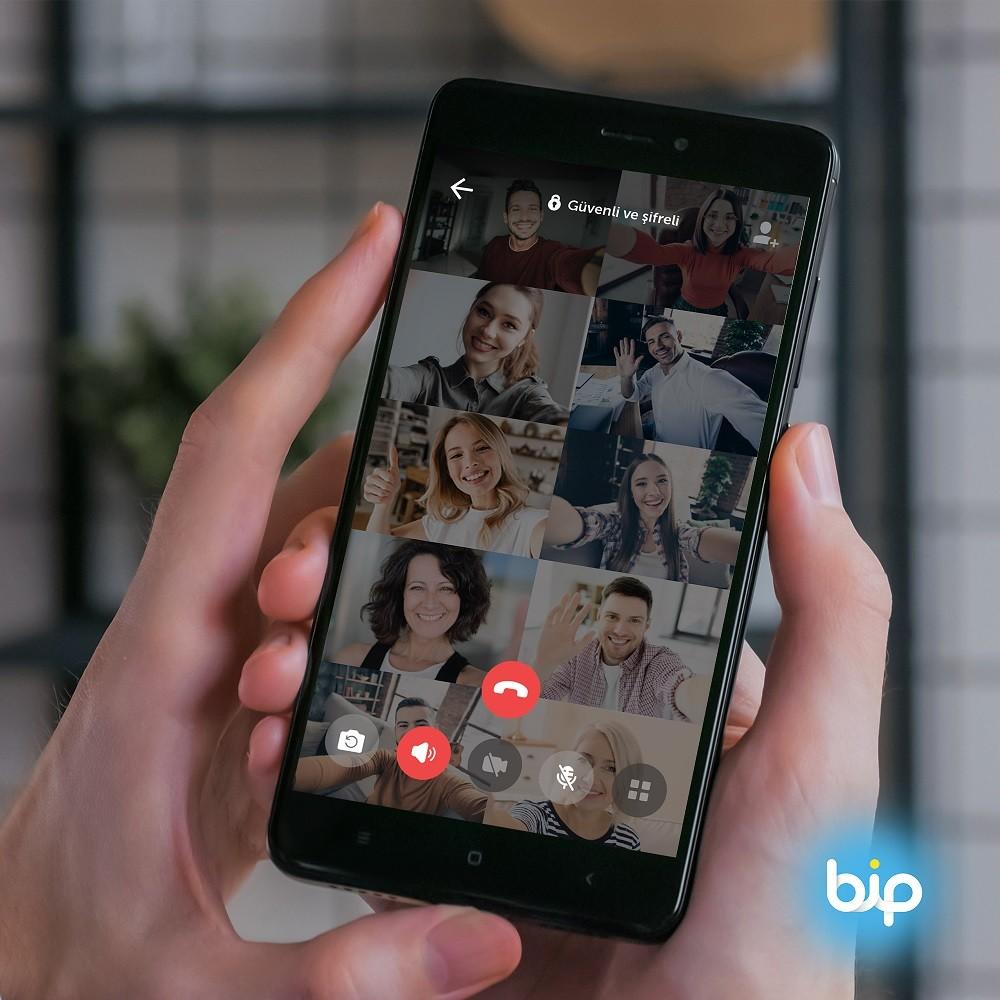 """<p>Türkiye'nin iletişim ve yaşam platformu BiP'i bir günde 100 bin kişi indirdi. Tüm iletişimin şifreli bir şekilde taşındığı BiP'in verileri, Turkcell'in Türkiye'deki veri merkezlerinde güvenle tutuluyor.<br />Türk mühendislerinin geliştirdiği her şeyiyle Türkiye'nin uygulaması BiP'i 7 Ocak 2021 tarihinde 100 bin kişi cep telefonlarına yükledi. Dünyanın 192 ülkesinde üstün mesajlaşma, HD sesli ve görüntülü arama özellikleriyle kesintisiz iletişim imkânı sunan BiP'teki tüm veriler yüksek güvenlikli şifreleme ile korunuyor.</p> <p></p> <p>Turkcell Genel Müdürü Murat Erkan, yerli iletişim uygulaması BiP'in Türkiye'nin verisini Türkiye'de tuttuğunu vurguladı. Erkan, """"Günümüzde kullanıcıların en çok önem verdiği konuların başında kişisel verilerinin güvenliği geliyor. Turkcell olarak bugüne kadar tüm teknolojik altyapımızı ve bilgi birikimimizi müşterilerimizin güvenliğini sağlamak için kullandık. Bugün BiP üzerinden gelen tüm verileri, Türkiye'deki veri merkezlerimizde güvenle saklıyoruz. BiP ile teknoloji dünyasında her zaman fark oluşturan öncü yetenekleri kullanıcılarımızla buluşturuyor ve bu özellikleri sürekli geliştiriyoruz. BiP'in birçok özelliğini global rakiplerimizden önce kullanıma sunmuş olmanın da gururunu yaşıyoruz. Türkiye'nin iletişim ve yaşam platformu BiP'e yeni yetenekler eklemeyi sürdürerek kullanıcıların hayatlarını kolaylaştırmaya ve güvenli iletişim sunmaya devam edeceğiz"""" diye konuştu.</p> <p></p> <p><strong>2020'de BiP'ten 140 milyar mesaj gönderildi</strong></p> <p></p> <p>Kullanıcılar 2020'de BiP üzerinden yaklaşık 140 milyar mesaj gönderdi. BiP üzerinden yapılan görüşmelerin toplamı da 2,5 milyar dakikaya ulaştı. Yıl boyunca 150 milyon dakikayı bulan görüntülü görüşmenin yapıldığı BiP'in aylık 10 milyonun üzerinde aktif kullanıcısı bulunuyor. BiP'in indirilme sayısı ise şu ana kadar 52 milyonu aştı.</p>"""