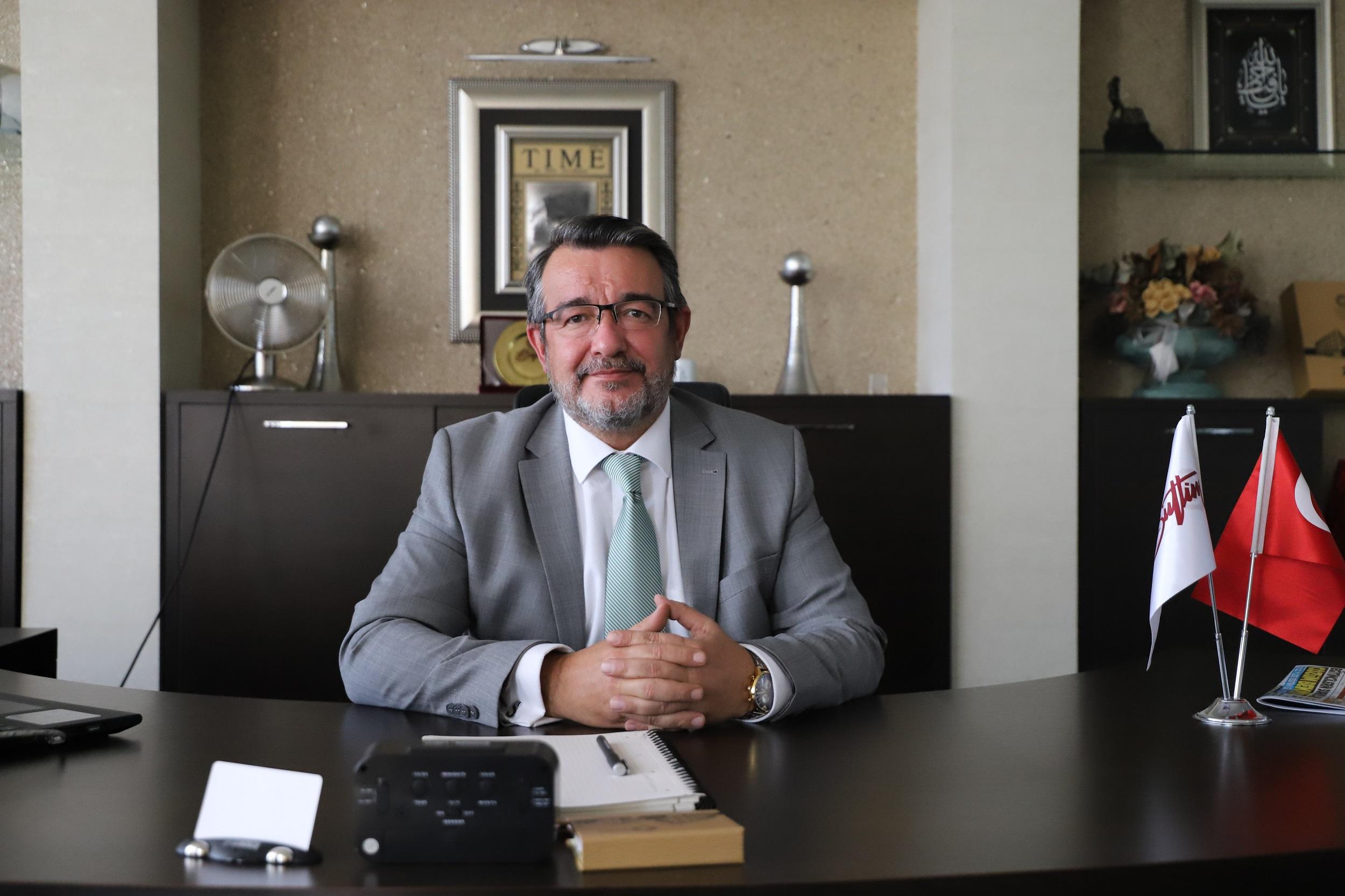 """<p>Bursa Uluslararası Tekstil Ticaret Merkezi (BUTTİM) Yönetim Kurulu Başkanı Sadık Şengül, pandemi sürecinin damgasını vurduğu 2020 yılındaki çalışmalarını anlatarak, yeni yılda da Türkiye ve Bursa ekonomisine katkı sağlayarak, şehir ekonomisinin en büyük destekçilerinden biri olmaya devam edeceklerini belirtti.</p> <p></p> <p>BUTTİM Başkanı Sadık Şengül, pandemi sürecinin damgasını vurduğu 2020 yılını ve çalışmalarını değerlendirdi. 2020 yılı Mart Ayı'nda Çin'de başlayarak tüm dünyayı etkisine alan küresel salgının üretim ve ticaret şehri Bursa'yı da etkilediğini belirten Sadık Şengül, şu ana kadar gerek devletin istihdam ve işveren destekleri gerekse de her ölçekten iş dünyası temsilcisinin dik duruşları ile ekonomide mümkün olan en az hasarla gelindiğini söyledi.</p> <p></p> <p>Başkan Şengül, BUTTİM'de ticaretin ve üye firmalarının işlerininin aksaksız bir şekilde sürmesi için salgın sürecinin başından bu yana gereken tüm tedbirleri alarak, çalışmalarına devam ettiklerini belirtti. Başkan Sadık Şengül, insan sağlığını öncelik olarak alarak ticaret merkezlerinde düzenli aralıklarla tüm dezenfeksiyon çalışmalarını aralıksız sürdürdüklerini belirterek, """"Yaklaşık 8 bin kişiyi barındırdığımız BUTTİM'de ülke ekonomisine katkı sağlamak için üreten ve ihracat yapan üyelerimizin ticari faaliyetlerini aksatmadan sürdürebilmeleri için Yönetim Kurulu ve değerli üyelerimizle sürekli istişarelerde bulunarak çalıştık ve çalışmaya da devam ediyoruz. Tüm dünyada olduğu gibi ülkemizde de olumsuz etkisini hissettiren pandemi sürecinde Bursamızın ve ülkemizin yanında olarak, her zamanki gibi çok çalışarak bu zorlu sürecin en az hasarla atlatılabilmesi için katkı sağlamak adına elimizden gelen her türlü çabayı gösteriyoruz ve göstermeye devam edeceğiz"""" dedi.</p> <p></p> <p>İhracat hedeflerine ulaşılsa da büyüme ve enflasyon anlamında mevcut koşullar nedeniyle istenen rakamlardan uzaklaşıldığına işaret eden Sadık Şengül, şunları söyledi: """"Dünya ekonomilerini zorda bırakan Covid virüs"""