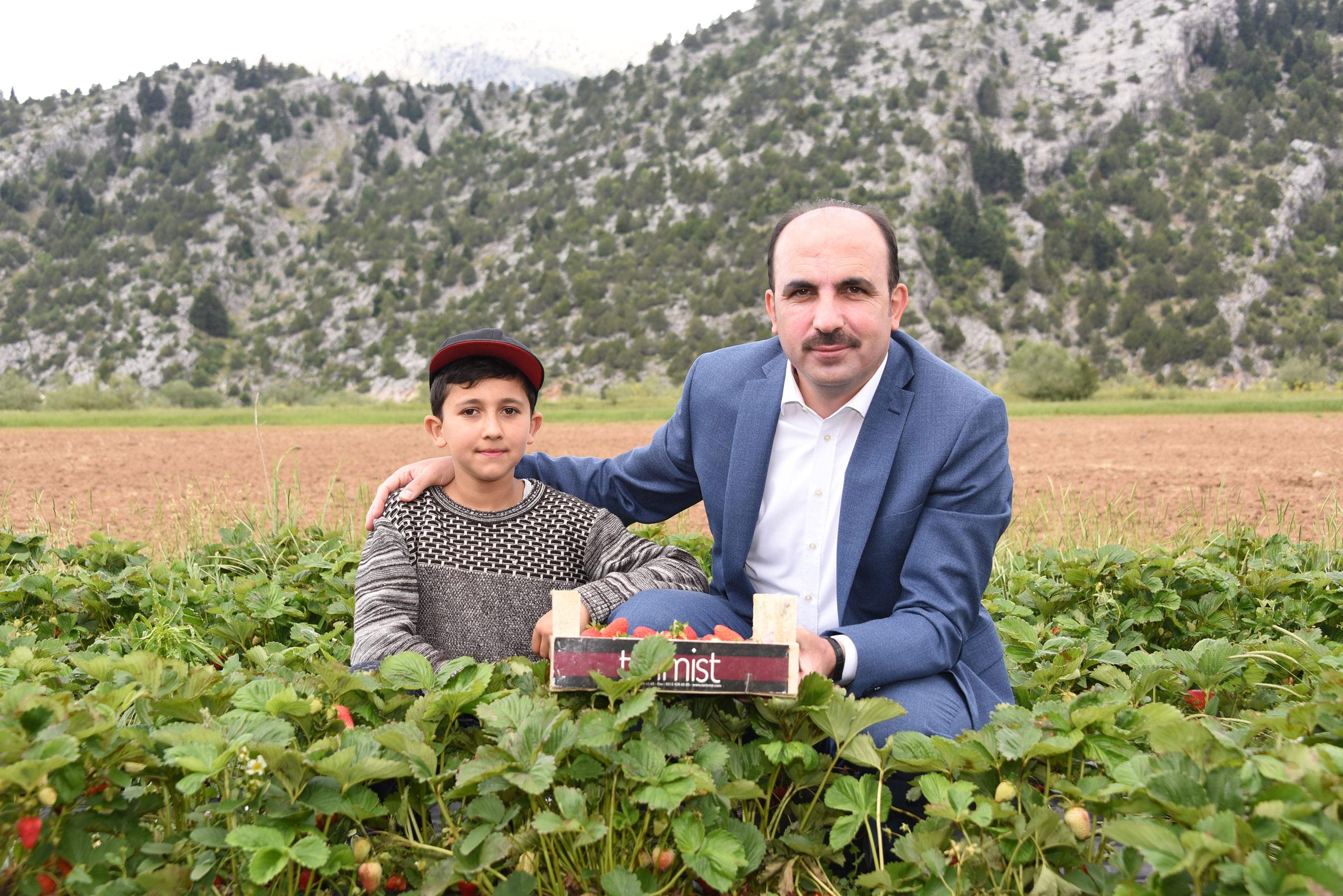 """<p>Konya Büyükşehir Belediyesi, tarım şehri Konya'da üretime desteğini 2020 yılında da sürdürdü. Konya Büyükşehir Belediye Başkanı Uğur İbrahim Altay, 2020 yılında Konya genelindeki çiftçilere 7 milyon lira tutarında fide, fidan, tohum ve tarımsal ekipman desteğinde bulunduklarını ifade etti.</p> <p></p> <p>Büyükşehir Belediyesi, 2020 yılında Konya genelindeki on binlerce çiftçiye katkı sağlamaya devam etti. Konya Büyükşehir Belediye Başkanı Uğur İbrahim Altay, özellikle kırsal bölgelerde üretimi artırmak ve tarımsal kalkınmayı güçlendirmek amacıyla diğer yatırımların yanında tarıma ve tarım projelerine destek olmaya 2020 yılında da aralıksız devam ettiklerini söyledi. Tarımsal kalkınmayı yerel kalkınmanın vazgeçilmez bir unsuru olarak gördüklerinin altını çizen Başkan Altay, """"Çiftimizin kalkınması amacıyla Konya Büyükşehir Belediyesi olarak 2020 yılı desteklemelerimiz kapsamında Konya genelindeki çiftçilerimize 7 milyon lira değerinde fide, fidan, tohum ve tarımsal ekipman desteği sağladık. Bunların arasında 2 milyon 750 bin adet çilek fidesi, yaklaşık 80 bin adet meyve fidanı, 100 bin kilonun üzerinde macar fiği tohumu, bin 100 kilo yerli ve milli susam tohumu ve çeşitli tarımsal makine ve ekipman desteği bulunuyor. Ayrıca 2020 yılında 15 bin çiftçimize çeşitli konularda tarımsal eğitim verdik"""" ifadelerini kullandı.</p> <p></p> <p>Başkan Altay, tarıma desteklerinin 2021 yılında da artarak devam edeceğini sözlerine ekledi.</p>"""