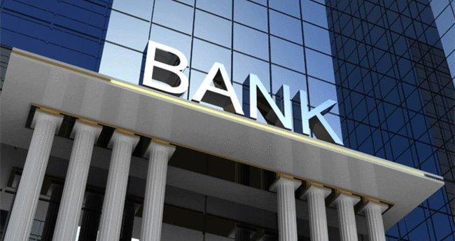 """<p>İhtiyaç kredisi çeken müşterinin kanser hastası olduğunu bilen banka şubesi, hayat sigortası karşılığında talep edilen parayı tüketici hesabına yatırdı. Bir süre sonra müşteri hayatını kaybedince banka, mirasçılar hakkında icra takibi başlatınca devreye Yargıtay girdi. Yüksek Mahkeme; ölen kişinin hayat sigortası varsa kredi borcundan dolayı mirasçılarına müracaat edilemeyeceğine hükmetti.</p> <p></p> <p>İhtiyaç kredisi çekmek isteyen kanser hastası tüketici, banka şubesine gitti. Talep ettiği tutar hayat sigortası poliçesi karşılığında müşterinin hesabına yatırıldı. Bir süre sonra kanser hastası müşteri hayatını kaybedince banka alacağı tahsil etme telaşına düştü. Hayat sigortası poliçesini düzenleyen şirkete müracaat yerine banka, mirasçılar hakkında kredi borcunun ödenmediği gerekçesiyle icra takibi başlattı. Aile, reddi miras kararı çıkartarak icra takibini itiraz etti. Asliye Hukuk Mahkemesi'nin yolunu tutan banka avukatı bu kez iptalin kaldırılmasını talep etti. Davacı banka, davalıların babaları ile imzalanan İhtiyaç sözleşmesi doğrultusunda vefat eden borçlunun mirasçılarına muacceliyet ihtarnamesi tebliğ edildiğini, bakiye borcun 1 hafta içerisinde ödenmesi için süre verildiğini, verilen süre içerisinde borç ödenmediğinden borcun tahsili için murisin yasal mirasçıları hakkında icra takibi başlatıldığını dile getirdi. Mirasçıların bu takibe itirazda bulunduğunu ileri sürerek vaki itirazın iptali ile icra inkar tazminatına hükmedilmesini istedi. Kredi borcuyla sarsılan acılı aile ise kredinin hayat sigortası poliçesi kapsamında çekildiğini zaten kendilerinin reddi miras kararı çıkarttıklarını belirtmelerine rağmen dertlerini bankaya anlatamadı. Mahkeme, davanın reddine karar verdi. Banka avukatı bu kez kararı temyiz etti.</p> <p></p> <p>Devreye giren Yargıtay 13. Hukuk Dairesi emsal nitelikte bir karara imza attı. Kararda, bankanın kredi talebinde bulunan müşterinin kanser hastası olduğunun bilindiğine vurgu yapıldı. Kararda şu ifadelere yer verildi: """"Kred"""