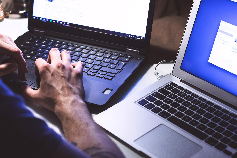 <p>Dünya genelinde aktif internet kullanıcı sayısı 4,66 milyara ulaştı. En çok kullanıcıya sahip uygulama ise 2.7 milyar ile Facebook oldu.</p> <p></p> <p>Teknolojiyle birlikte internet her eve ve cebe giriyor. We Are Social verilerinden derlenen bilgilere göre Kasım ayında küresel internet kullanıcı sayısı 4,66 milyar oldu. Dünya çapında 4,14 milyar kişi ise sosyal medya kullanıyor.</p> <p></p> <p>İnternet ile birlikte gelişen sosyal medya uygulamaları da kullanıcı sayılarını yükseltiyor. Bu uygulamalar içinde en yüksek kullanıcı ağına sahip olarak Facebook öne çıkıyor. Facebook'un kullanıcı sayısı 2.7 milyar oldu. Bunu 2 milyar kullanıcı ile YouTube ve aynı kullanıcı sayısına sahip mesajlaşma uygulaması Whatsapp izledi.</p> <p></p> <p>Bu uygulamaları 1,16 milyar kullanıcı sayısı ile Instagram takip ediyor. Kullanıcı sayısını hızla artıran TikTok ise 800 milyon kullanıcıya erişti. Bu uygulamalar arasında Twitter ise 353 milyon kullanıcı tarafından kullanılıyor.</p>