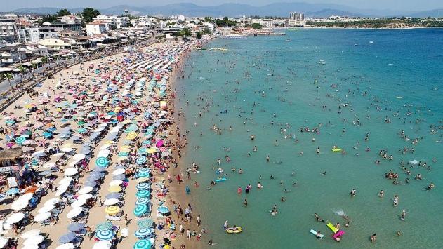"""<p>2020 yılını yüzde 70 zararla kapatan Antalya, 2021'de yüzde yüzlük artış bekliyor. AKTOB Başkan yardımcısı Kaan Kavaloğlu,  2021 yılında Antalyasız bir dünya turizmi düşünülemeyecek dedi. Kavaloğlu tüm artışlara ve beklentilere rağmen ise 2019 yılındaki rakamlara ancak 2023 yılında ulaşılabileceğine dikkat çekti.</p> <p></p> <p>Geride bıraktığımız 2020 yılında yaşanılan pandemi süreci ile sekteye uğrayan turizm sektörü, aşının uygulamaya geçirilmesi ile eski günlerine dönmeye başlıyor. 2020 yılına kıyasla yeni yılda yüzde yüz artış bekleyen turizmciler, pandemi döneminde Türkiye'nin sağlık turizm sertifikası ile dünya geneline yakaladığı önemli çıkışa dikkat çekiyor.<br /><br /></p> <p><strong>""""2021'de 2020'ye göre yüzde yüz artış bekliyoruz""""</strong></p> <p></p> <p>Yeni yılda 2020'ye göre yüzde yüz artış beklediklerini söyleyen AKTOB Başkan yardımcısı Kaan Kavaloğlu, """"2020'de Türkiye özellikle sağlık turizm sertifikası ile birlikte çok öne çıktı ve dünyada ilgi toplayan bir ülke oldu. Özellikle Antalya'ya gelen yaklaşık 3 buçuk milyon turist bunun kanıtı. 2020 için söylüyorum, Rusya, Ukrayna, İngiltere ön plana çıktı. 2020'de özellikle gelememiş olan İskandinav ülkeleri de katılınca 2021'de 2020'ye göre yüzde yüz artış bekliyoruz. Tabi ki bu rakam 2019 rakamlarının çok daha altında kalacak. Türkiye ancak 2019 rakamlarını 2023 yılı gibi ulaşacak. 2021 yılında da Antalyasız, Türkiyesiz bir dünya turizm düşünülemez. Nisan ayı itibari ile sezonu açıyoruz"""" dedi.</p>"""