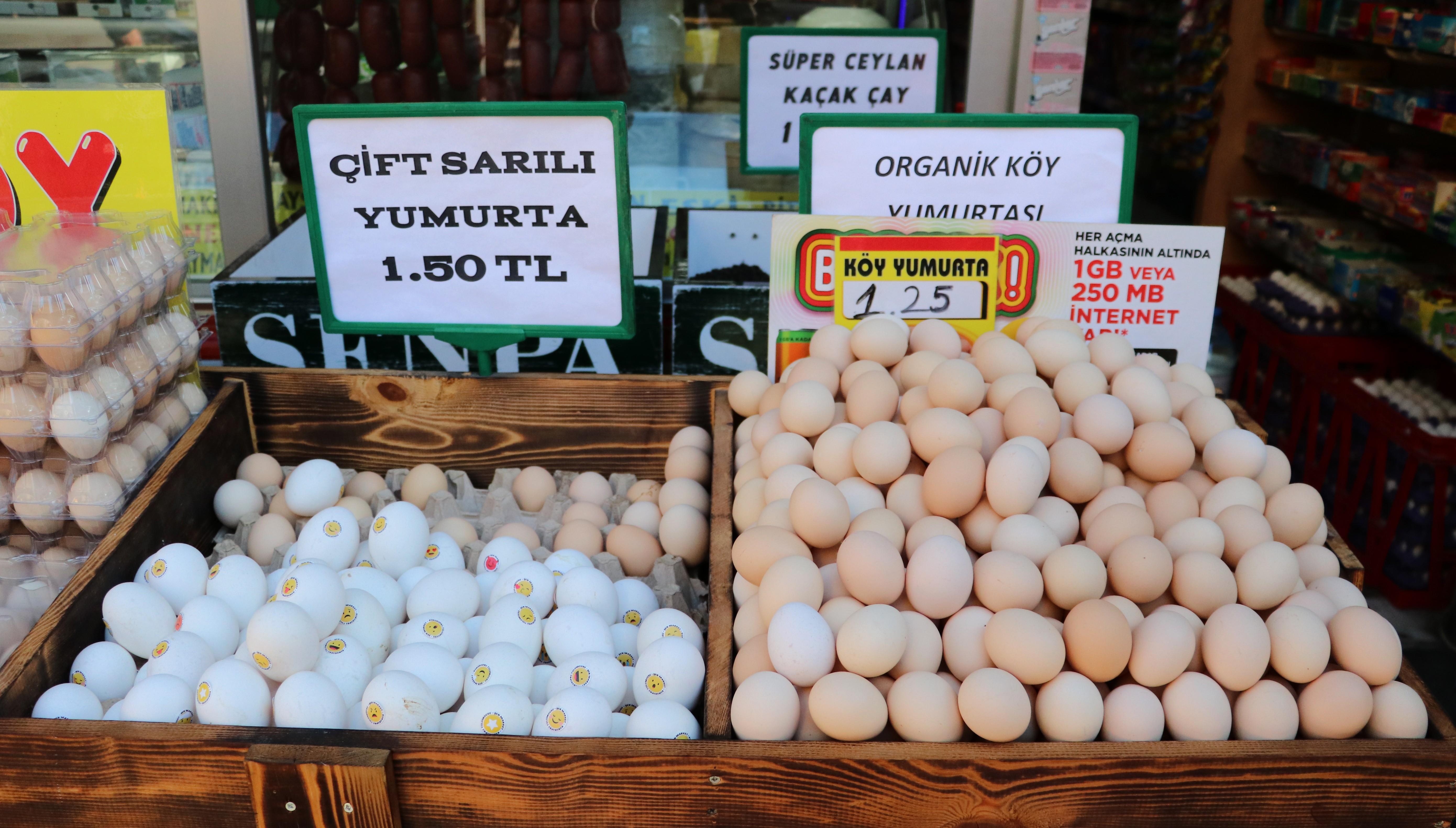 """<p>Son dönemde yumurtanın kep fiyatı yüzde 30'un üzerinde artarak neredeyse kırmızı etle yarışır hale geldi. Adana Perakendeci, Kasaplar, Tavuk ve Balık Eti Satıcıları Odası Başkanı Murat Yağmur, """"Kesinlikle bu aracıların fiyatları yükselttiğini biliyoruz. Küçük esnaf bu fiyatları arttırmıyor. Marketlerde fiyatlarlar daha yüksek. Fiyatlardan şikayetçiyiz. Yumurta aracıları bir mesajlaşma grubu kurmuş, fiyatları da oradan belirliyorlar"""" dedi.</p> <p></p> <p>Pandemi döneminde uzaktan eğitim ve evden çalışma kahvaltı alışkanlığını artırırken, bu dönemde yumurta tüketimi de arttı. Yumurtanın 30'lu paket fiyatı 25-30 liranın üzerine çıkarak neredeyse kırmızı et ile yarışmaya başladı. Bazı zincir marketlerde ise fiyatlar 35 liranın da üzerine çıktı. Bu fiyatlar ise hem alıcıları hem de satıcıları şikayet ettirdi. Satıcılar ise fiyatların yumurta aracıları nedeniyle arttığını öne sürdü.<br /><br /></p> <p><strong>""""Kep 26 liraya ulaştı""""</strong></p> <p></p> <p>Adana Perakendeci, Kasaplar, Tavuk ve Balık Eti Satıcıları Odası Başkanı Murat Yağmur, konuyla ilgili İHA muhabirine yaptığı açıklamada, """"Geçen ay kepini 22 liraya aldığımız yumurtaları şu anda 24 liraya alıyoruz. 26 liraya da satıyoruz. Bununla ilgili ortalıkta spekülasyonlar dönüyor. Kesinlikle bu fiyatları aracıların yükselttiğini biliyoruz. Bunun için gerekli önlemlerimizi aldık. Devletimiz de gerekli çalışmaları yapıyor ve eski fiyatlara düşeceğini tahmin ediyoruz. Et ve tavuk fiyatları bir ara aldı başını gitmişti, daha sonra bizim açıklamalarımız ve devletin tedbirleri sonucu fiyatlar normale geri indi. Bu ortada gezenler, ikinci ve üçüncü el satanlardan dolayı fiyatlar farklı oluyor. Geçen sene bu dönemde yumurtanın kepi 15-16 liraydı. Şuanda 26 liraya kadar çıktı. Yumurtada KDV oranı da yok. Normal KDV oranı var. Fiyatlar hep sabit"""" diye konuştu.<br /><br /></p> <p><strong>""""Marketlerde fiyatlar aldı başını gidiyor""""</strong></p> <p></p> <p>Zincir marketlerde fiyatların daha da yüksek olduğunu belirten Yağmur, """