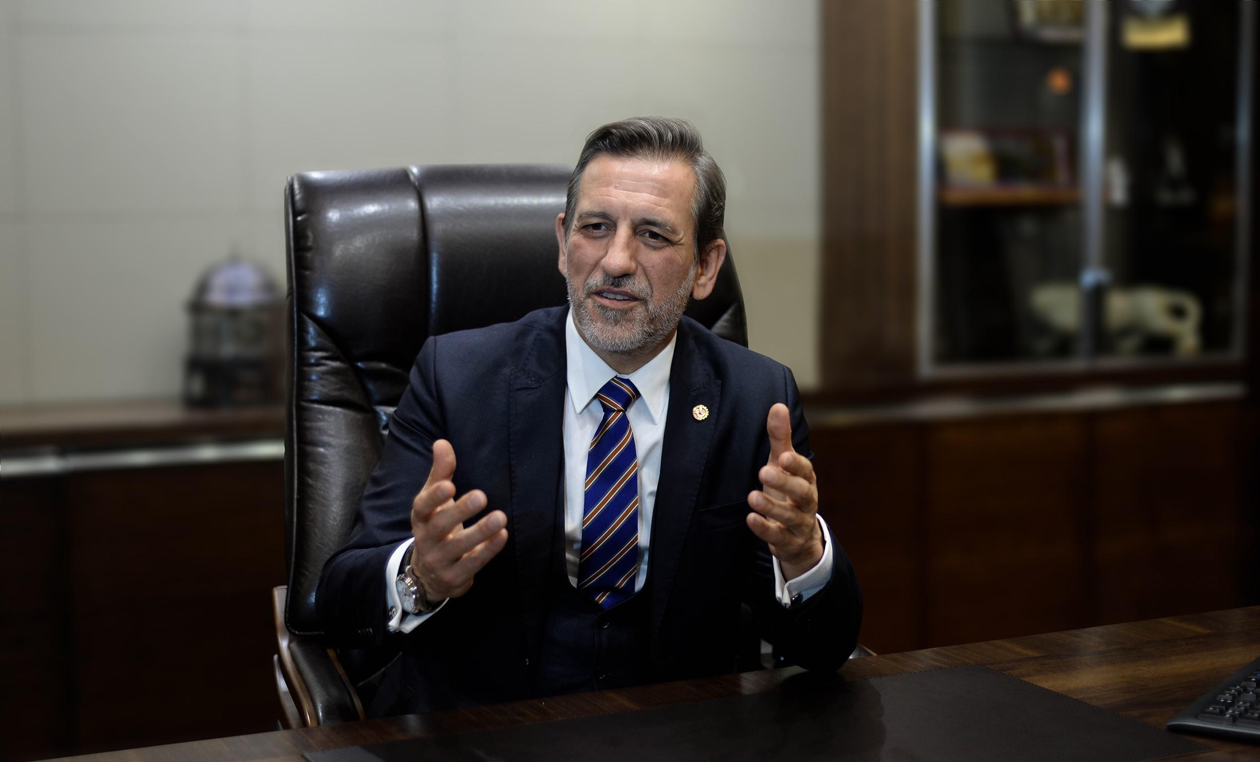 """<p>Bursa Ticaret ve Sanayi Odası (BTSO) Yönetim Kurulu Başkanı İbrahim Burkay, ABD'nin Türkiye'ye yönelik yaptırım kararına ilişkin, """"Türkiye'yi tam bağımsız savunma sanayi hedeflerinden hiçbir güç alıkoyamayacaktır. Bursa iş dünyası olarak Cumhurbaşkanı Recep Tayyip Erdoğan'ın liderliğinde daha güçlü bir savunma sanayisi için çalışmaya ve üretmeye yılmadan devam edeceğiz"""" dedi.</p> <p></p> <p>BTSO Başkanı İbrahim Burkay, ABD'nin Cumhurbaşkanlığı Savunma Sanayii Başkanı Prof. Dr. İsmail Demir ve Savunma Sanayii Başkanlığı'na yönelik yaptırım kararına ilişkin açıklamalarda bulundu. ABD'nin tek taraflı yaptırım kararının iki ülke arasındaki dostluk ve güven ilişkilerine aykırı olduğunu belirten Başkan Burkay, sorunların diyalog ve diplomasi yoluyla çözülmesi gerektiğini vurguladı. ABD'nin haksız yaptırım kararının Türk savunma sanayisinin gelişimini engelleyemeyeceğini ifade eden Başkan Burkay, şöyle devam etti: """"Savunma ve güvenliğe yönelik ihtiyaçların yerli imkanlar ve milli teknolojilerle karşılanması hedefiyle BTSO olarak dün olduğu gibi bugün de tüm imkanlarımızı seferber etmeye hazırız. Ülkemizi tam bağımsız savunma sanayi hedeflerinden hiçbir güç alıkoyamayacaktır. Bursa iş dünyası olarak, Cumhurbaşkanı Recep Tayyip Erdoğan'ın liderliğinde daha güçlü bir savunma sanayi için çalışmaya ve üretmeye yılmadan devam edeceğiz.""""</p> <p></p> <p>Cumhurbaşkanlığı Savunma Sanayii Başkanı Prof. Dr. İsmail Demir ve ekibinin özverili çalışmaları ile Türkiye'nin kritik teknolojilerin yerlileştirilmesinde önemli bir mesafe kat ettiğini belirten Başkan Burkay, savunma sanayi alanında yüzde 20'lerde olan yerlilik oranının yüzde 70'lere ulaştığını kaydetti. Burkay, Türkiye'nin yerli ve milli üretim hamlesinde Savunma Sanayii Başkanlığı'nın KOBİ'ler ve yan sanayi kuruluşları ile işbirliğinin büyük rol oynadığını belirterek, """"Ülkemiz savunma sanayisinde artık sadece kendi kendine yeten bir ülke değil, Azerbaycan'dan Pakistan'a kadar tüm dost ve müttefik ülkelerin ihtiyaçlarına da ç"""
