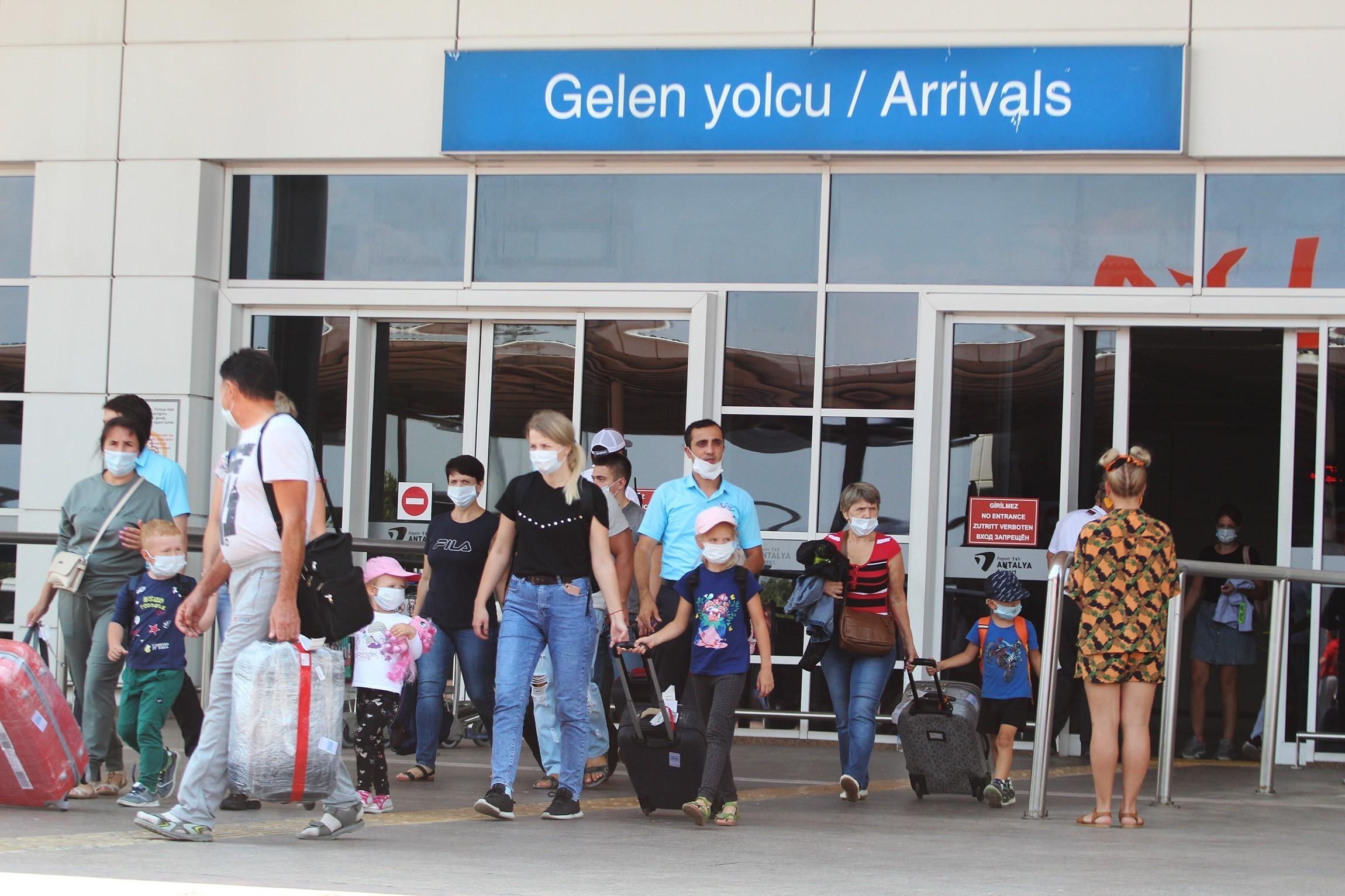 <p>Yasaklara takılan seyahat arzusunun süre uzadıkça daha da arttığını söyleyen Antalya Kent Konseyi Turizm Çalışma Grubu Başkanı Recep Yavuz, milyonlarca insanın bir an önce tedbirlerini alarak, korkusuz ve endişesiz seyahat etmenin özlemini çektiğini söyledi. Bazı ülkelerin bu sürece çoktan geçtiklerini hatırlatan Yavuz , Örneğin Covid-19 vak'alarının neredeyse tamamen bittiği Çin'de 2020 yılının Ağustos ayında iç hat uçuşları geçtiğimiz seneyi yakalamıştı. Görünen o ki seyahat tahminlerden daha önce geri dönecek ve turizmin aldığı bu ağır darbe birkaç yıl içinde telafi edilebilecek. Korona süreci ve sonrasında Turizmde önemli değişikliklerin meydana geleceği kuşkusuz. Bazı alanlarda soft ve yumuşak değişimler olurken, bazı konularda sert ve radikal değişikliklere hazırlıklı olmak gerekiyor. dedi.<br />Antalya Kent Konseyi Turizm Çalışma Grubu Başkanı Recep Yavuz, kişisel bloğunda turizmde üç önemli değişikliğe dikkat çekti. Dünya turizminin kalbi sayılan ve dünyaya en çok turist gönderen Avrupa kıtasının bu değişiklikleri en yoğun hissedecek bölgeler olduğunu ifade eden Recep yavuz, hem pandeminin seyrinin hayatı çok ciddi anlamda zorlaştırdığını, hem bir senedir evlerinde hapsolmuş milyonlarca insanının tatil arzusu dayanılmaz boyutlara çıktığını kaydetti. Yavuz, tatilin artık güzel zaman geçirme, eğlenme etkinliğinden çıkarak, bir terapi, yaşam sevinci boyutuna geçtiğinin altını çizdi.<br />Artık tatilcilerde ,'öyleyse tedbirimizi alıp, olabilecek en uygun yere gidelim' düşüncesinin hakim olmaya başladığını kaydeden Recep Yavuz, buna göre var olan şartlarla birlikte, olası olumlu ve olumsuz korona seyrinin de hesaba katıldığında 2021 ve sonrası tatil tercihi konusunda 3 önemli gelişmenin öne çıktığını ifade etti.<br /><br /></p> <p><strong>Kısa süreli yurt dışı seyahatler azalacak</strong></p> <p></p> <p>2021 yılında 2020 yılına göre hareketliliğin artacağını, insanların, maskeyi, mesafeyi ve hijyeni ön planda tutarak kendi korunmasını sağlayabilmeyi öğrendiğin