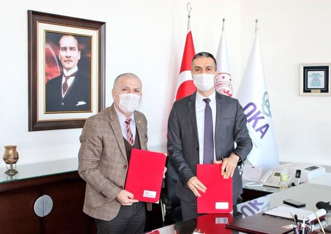 """<p>Samsun'da 7,1 milyon liralık """"Rulman Test ve Deney Laboratuvarı"""" kurulumu projesi, Sanayi ve Teknoloji Bakanlığı tarafından onaylandı.</p> <p></p> <p>2020 yılı Cazibe Merkezlerini Destekleme Programı kapsamında, Türk Standartları Enstitüsü'nün (TSE) yüzde 85 iştirak ortağı olduğu, SAMLAB A.Ş. tarafından hazırlanan ve Samsun Organize Sanayi Bölgesi'nde kurulu tesis bünyesinde """"Rulman Test ve Deney Laboratuvarı"""" kurulumunu içeren proje, Sanayi ve Teknoloji Bakanlığı Kalkınma Ajansları Genel Müdürlüğü'nce onaylandı. Proje bütçesi toplamı 7 milyon 177 bin 645 TL, program kapsamında sağlanacak maddi destek tutarı ise 4 milyon 500 bin TL. Kalan yatırım tutarı 2 milyon 677 bin 645 TL de eşfinansman olarak SAMLAB A.Ş. ortakları tarafından ortaklık hisseleri nispetinde karşılanacak.<br /><br /></p> <p><strong>İmzalar atıldı: """"Çok önemli bir kabiliyet""""</strong></p> <p></p> <p>Uygulama süresi 18 ay olarak planlanan projenin destek sözleşmesi, projenin uygulamasını takip edecek olan Orta Karadeniz Kalkınma Ajansı(OKA) adına Genel Sekreter İbrahim Ethem Şahin ile TSE Samsun Belgelendirme Müdürü ve SAMLAB A.Ş. Yönetim Kurulu Üyesi Erol Kaygı tarafından imzalandı. SAMLAB A.Ş. Genel Müdürü Hami Danış'ın da hazır bulunduğu imza töreni sonrası yapılan açıklamada, """"Ülkemizde otomobil sanayinden makine sanayine pek çok alanda önemli bir ithalat kalemi olan rulmanlarla ilgili olarak yerli test imkânlarının geliştirilmesi noktasında çok önemli bir kabiliyetin Samsun'a ve ülkemize kazandırılacak olmasından memnuniyet duyuyoruz"""" denildi.</p>"""