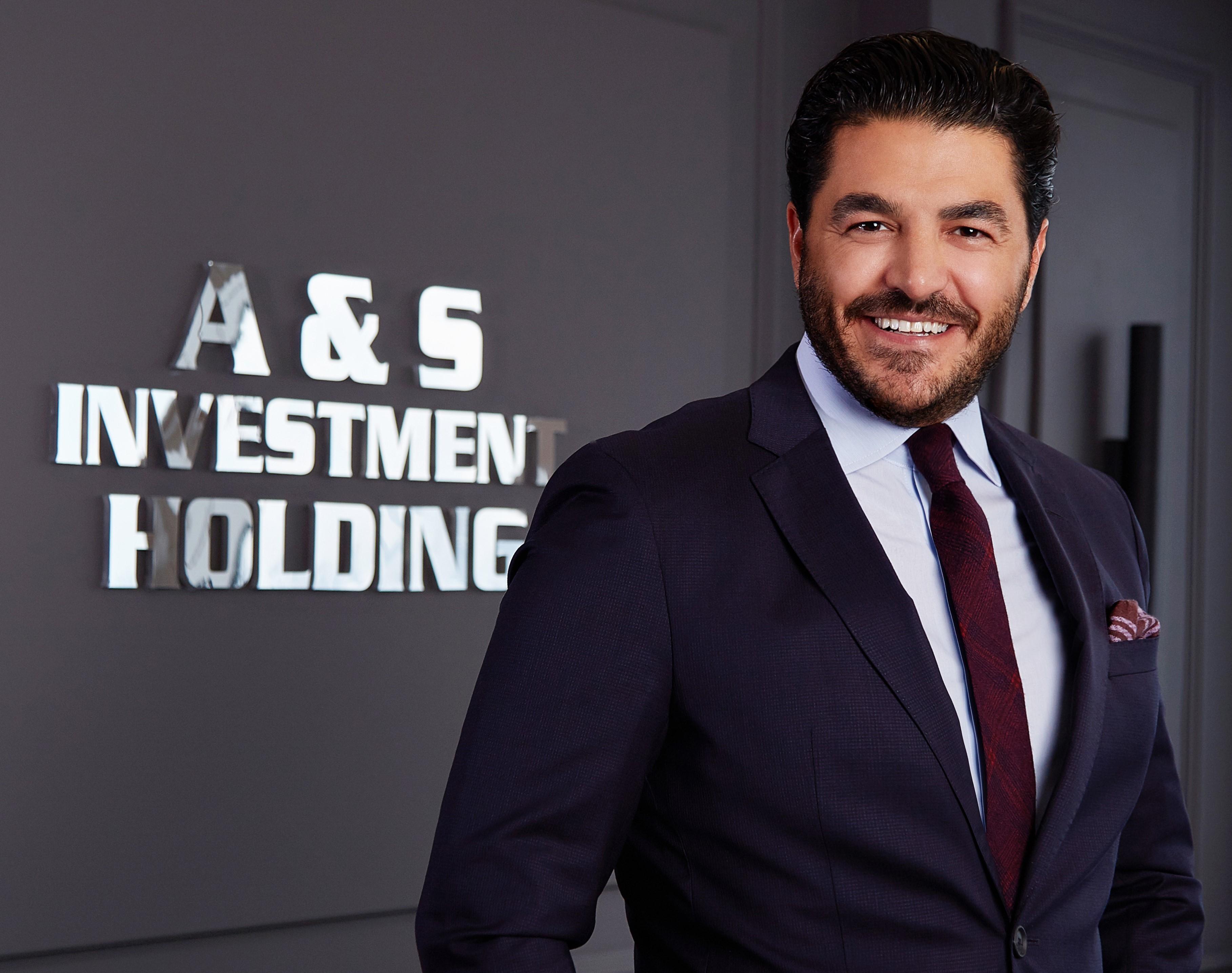 """<p>2021 için 5 banka ve bir yatırım fonuyla anlaşan A&S Yatırım Holding, 220 milyon dolarlık yatırım kredisi ile 3 sektöre yatırım yapacak. Holding, Türkiye'de bilişim-IT, sağlık, gayrimenkul-inşaat sektörlerine toplamda 1 milyar 700 milyon TL yatırım kazandırıyor.<br /><br /></p> <p>2021 için 5 banka bir yatırım fonuyla anlaşma sağladığını açıklayan A&S Yatırım Holding, Türkiye için 220 milyon dolarlık yatırım kredisi çıkardı. 2021 yılı içinde 3 sektöre yatırım yapacak olan A&S Yatırım Holding, bilişim IT, sağlık, gayrimenkul-inşaat sektörlerine toplamda 1 milyar 700 milyon TL yatırım yaparak katma değer sağlayacak.<br /><br /></p> <p>Birçok projeye imza atan A&S Yatırım Holding Yönetim Kurulu Başkanı Uğur Akkuş, 2021'de Türkiye'ye 1 milyar 700 milyon TL yatırım getireceğini açıkladı. Yeni projeler hakkında bilgi veren Akkuş, """"Global Mask markası için 2021'de bayilikler kanalıyla yurt geneline yayılmayı hedefliyoruz. 2021'in ilk aylarında 1 milyar TL'lik yatırımla medikal malzemede plastik hammadde üretim tesisi açacağız. E-ticaret alanında da yatırım yapacağız. Bu yatırımın bedeli ise 20 milyon TL olacak. Bilişim- IT, e-spor, sağlık merkezi, inşaat sektörüne 700 milyon TL ayırmış olup 2021'de toplam 1 milyar 700 milyon TL'lik yatırımı Türkiye'ye getireceğiz"""" şeklinde konuştu.<br /><br /></p> <p><strong>""""NATO'nun resmi maske tedarikçisi olduk""""</strong></p> <p></p> <p>Yazılan kötü senaryolara rağmen 2020'yi yatırım yılı olarak değerlendiren Akkuş, """"Ülkemizin siyasi ve ekonomik gücüne inanarak bu süreci az hasarla atlatacağımıza her zaman inandık. Global Mask adında Türkiye'nin en büyük maske üretim tesisini Hadımköy'de açtık. Global Gloves markasıyla eldiven üretimini üstlendik. Pandemi döneminde en çok ihtiyaç duyulan medikal malzeme alanında ilk yatırımı biz gerçekleştirdik. NATO'nun resmi maske tedarikçisi olduk. Ülkemizi gururlandıracak birçok ilke imza attık. A&S Yatırım Holding olarak 2020'de farklı alanlarda birçok ilki gerçekleştirdik. Ülkemizin yarınlarına """
