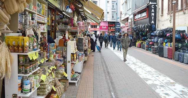 """<p>MÜSİAD Kütahya Şube Başkanı İsmail Tosun, pandemiden zarar gören esnafa yapılacak olan destekleri olumlu karşıladıklarını belirtti.</p> <p></p> <p>Türkiye'de salgın sürecinden olumsuz etkilenen kesimlere devletin salgının başından beri destek verdiğine vurgu yapan Başkan İsmail Tosun, """"Salgının ekonomik etkilerini azaltmak amacıyla esnafa bu sefer de yeni destekler verilecek. Cumhurbaşkanımız Erdoğan'ın, esnaflara yardım müjdesini sevindirici buluyor ve destekliyoruz. Ayrıca bu desteklerin verilmesi konusunda önerilerde bulunan MÜSİAD Genel Başkanımız Abdurrahman Kaan'a da teşekkür ediyoruz. Korona virüsün ekonomik etkilerini azaltmak amacıyla esnafa verilecek ve 3 ay sürecek aylık bin TL devlet hibe desteği, 500 TL kira yardımı ve kira stopaj oranının yüzde 10 olarak Haziran 2021 tarihine kadar uzatılması esnaflarımızın bu süreçte azda olsa destek olması sevindiricidir. Korona virüsün ekonomik etkilerini azaltmak, esnafın gelir kaybını telafi etmek için yaklaşık 1 milyon 239 bin 440 kişinin yararlanacağı hibe şeklinde verilecek doğrudan esnaf destek ödemesinden, taksi, dolmuş, servis işletmecisi, pazarcı, terzi, oto tamircisi, lokantacı, pastaneci, kadın ve erkek kuaförü, pansiyon, yurt, kreş, düğün salonu işletmecisi gibi kesimler faydalanacaktır diye konuştu.</p>"""