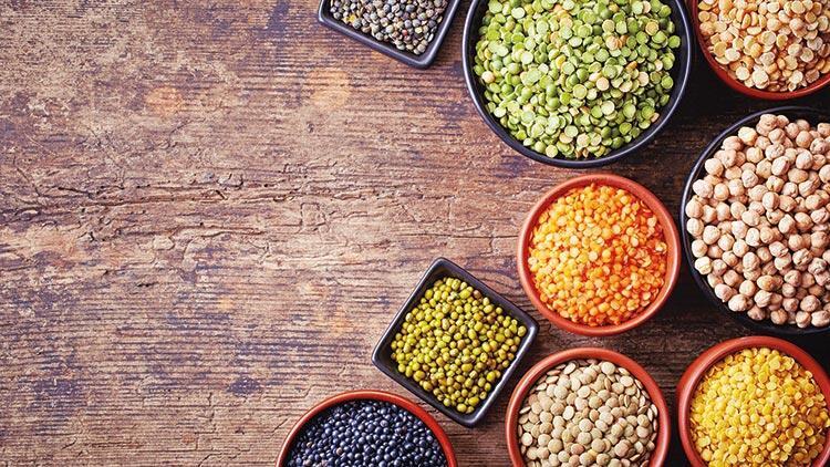 """<p>Aralarında ıspanak, kenevir, bamya, börülce, karabuğday, ceviz gibi gıdaların da yer aldığı geleceğin gıdaları belirlendi. Dünyanın en büyük gıda üreticilerinden Unilever, Türkiye'deki operasyonunda bu besinlerden elde edilecek ürünlere öncelik verecek.</p> <p></p> <p>Dünya Sağlık Örgütü'nün verilerine göre, dünyada 2 milyar insan fazla kilolu, buna karşın 1 milyar insansa açlık sınırında yaşam mücadelesi veriyor. Dünyada 2 milyar insan vitamin ve mineral eksikliği yaşıyor. Küresel sera gazı salımının yüzde 20'sinden fazlası gıda endüstrisi tarafından gerçekleştiriliyor, buna karşılık üretilen tüm gıdaların 3'te 1'i çöpe gidiyor. Dünya genelinde yiyeceklerin yüzde 75'i 12 bitki ve 5 hayvan türünden geliyor. Bitkisel gıda tüketiminin yüzde 60'ı sadece buğday, pirinç ve mısırdan elde ediliyor. Dünya önümüzdeki yıllarda 10 milyar insanın nasıl besleneceğine sorusuna yanıt bulmaya çalışıyor.</p> <p></p> <p><strong>Yarının gıdaları</strong></p> <p></p> <p>Dünyanın en büyük gıda üreticilerinden olan Unilever bu gerçeklerden hareketle pandemi döneminde, gelen iklim krizinin de getireceklerini öngörerek Yarının Gıdaları İnisiyatifini başlattı. Unilever Türkiye Gıdadan Sorumlu Başkan Yardımcısı ve Yönetim Kurulu üyesi Özgür Kölükfakı, dünyada adil bir küresel gıda sisteminin şekillenmesi için Yarının Gıdaları İnisiyatifini başlattıklarını duyurdu.</p> <p></p> <p><strong>Ete alternatif</strong></p> <p></p> <p>Kölükfakı, 5-7 yıl içinde et ve süt ürünlerine seçenek olarak bitkisel temelli gıdalardan oluşan global büyüklüğü 1 milyarEuro'ya ulaşacak yeni bir gıda iş kolunu geliştireceklerini açıkladı. Hollandalı Vegetarian Butcher şirketinin bu amaçla satın alındığını söyleyen Kölükfakı, """"Süt ve yumurta alternatifi bitkisel temelli gıdalar geliştiriliyor. Unilever'in satın aldığı şirketlerden birinin bu konuda Silikon Vadisi'nde bir üssü var"""" dedi.</p> <p></p> <p><strong>Besin değeri yüksek</strong></p> <p></p> <p>Knorr ve WWF, globalde farklı üniversiteler ve sivil toplum kur"""