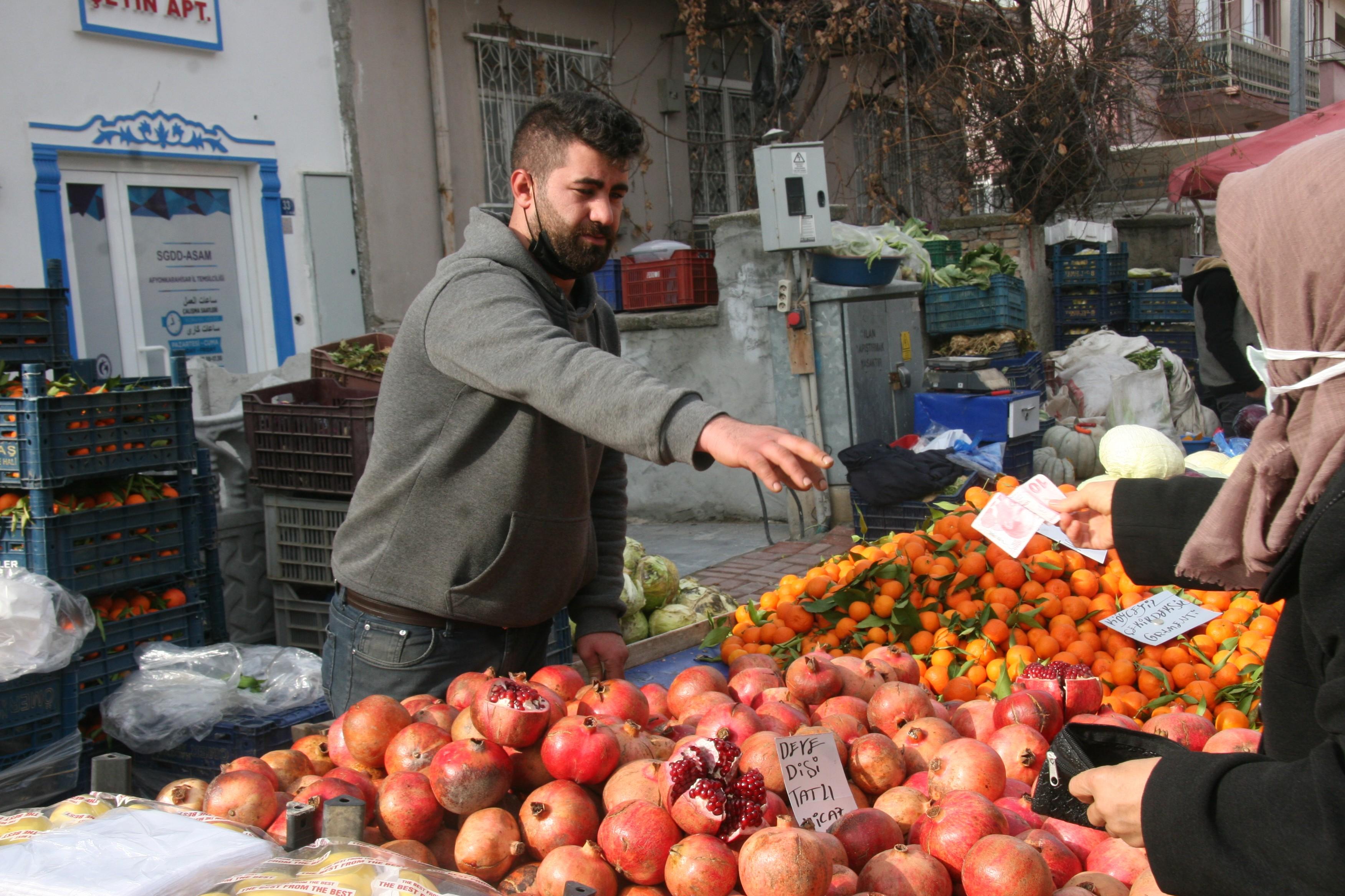 <p>Kış mevsiminde havaların sıcak gitmesi sebze ve meyve fiyatlarına olumlu yansıdı. Afyonkarahisar'daki pazarcı esnafı sıcak havanın ürün bolluğuna sebep olduğunu ve bunun da geçen yılın aynı dönemine göre birçok ürünün fiyatının yarı yarıya düşmesini beraberinde getirdiğini belirttiler.</p> <p></p> <p>Kentte kurulan semt pazarlarında kış mevsimi olmasına rağmen birçok ürün fiyatları ile vatandaşın yüzünü güldürdü. Pazarcı esnafı mevsim normallerinin üzerinde seyreden sıcaklıklarının ürün bolluğunu da beraberinde getirdiğini vurgulayarak ve bunun da fiyatlara olumlu yansıdığını ifade ettiler. Pazarcı esnafı alışveriş noktasında vatandaşları marketlerden ziyade pazar ve manavlara davet ederken, fiyatların her bütçeye uygun olduğunu dile getirdiler.</p> <p></p> <p>Pazarda geçtiğimiz yıl kilogram fiyatı 10 TL'ye kadar yükselerek adeta rekor kıran kuru soğan ve patatesin bu yıl aynı dönemde kilosunun 1,5 TL'den satılması ile şaşkınlığa neden oldu. Bununla birlikte geçen yıl aynı dönemde fiyatı 12 TL'den satılan patlıcanın bu yıl ise kilosunun 5-6 TL olması da vatandaşların yüzünü güldürdü.</p> <p></p> <p>Pazarda en çok satılan ürünlerden mandalinanın ve elmanın kilogram fiyatının 3-4 TL, portakal 3 TL, ıspanak ve pırasa 5 TL, patates ve soğan 1,5-3 TL'den satıldığı gözlendi. Pazarda tezgâhlarda en yüksek fiyattan satılan ürünün ise kilogram fiyatı 8-10 TL arasında değişen muz olduğu belirtildi.</p>
