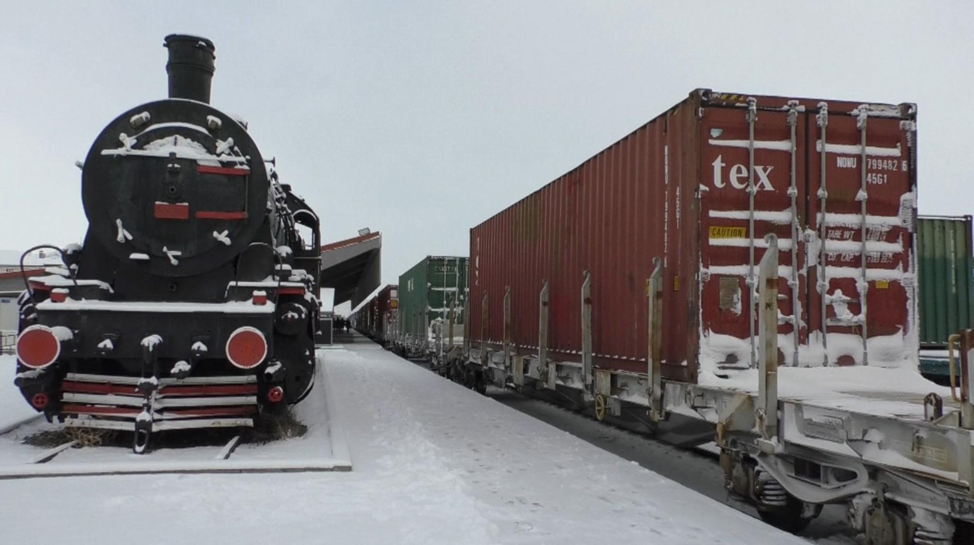 <p>Çin'e gitmek üzere Tekirdağ'dan hareket eden ikinci ihracat treni, Türkiye'nin Kafkaslara açılan kapısı olan sınır kenti Kars'a ulaştı.</p> <p></p> <p>3 gün önce Çin'e gitmek üzere yola çıkan ikinci ihracat treni, 42 vagon-konteyner içinde bin 400 buzdolabı yüküyle saat 10.20'de Kars Tren Garı'na ulaştı. İhracat treni, gümrük işlemlerinin ardından</p> <p></p> <p>Gürcistan'a hareket edecek. Gürcistan Ahılkelek İstasyonu üzerinden yurt dışına çıkış yapacak olan tren, sırasıyla Gürcistan, Azerbaycan, Hazar Denizi geçişi, Kazakistan'ın ardından Çin'in Xi'an şehrinde olacak. İkinci ihracat treni, toplam 8 bin 693 kilometre yol katedecek.</p>