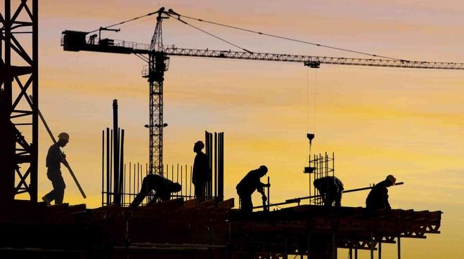 <p>Güven endeksi Aralık ayında bir önceki aya göre; hizmet sektöründe yüzde 9,2, perakende ticaret sektöründe yüzde 7,8 ve inşaat sektöründe yüzde 7,2 azaldı.</p> <p></p> <p>Türkiye İstatistik Kurumu (TÜİK), 2020 yılı Aralık ayı Sektörel Güven En'eksleri'ni açıkladı. Buna göre, mevsim etkilerinden arındırılmış güven endeksi Aralık ayında bir önceki aya göre; hizmet sektöründe yüzde 9,2, perakende ticaret sektöründe yüzde 7,8 ve inşaat sektöründe yüzde 7,2 azaldı.</p> <p></p> <p><strong>Hizmet sektörü güven endeksi 70,4 oldu</strong></p> <p></p> <p>Mevsim etkilerinden arındırılmış hizmet sektörü güven endeksi Kasım ayında 77,5 iken, Aralık ayında yüzde 9,2 oranında azalarak 70,4 değerini aldı. Hizmet sektöründe bir önceki aya göre, son üç aylık dönemde iş durumu alt endeksi yüzde 11,2 azalarak 66,4 oldu. Son üç aylık dönemde hizmetlere olan talep alt endeksi yüzde 9,8 azalarak 64,9 değerini aldı. Gelecek üç aylık dönemde hizmetlere olan talep beklentisi alt endeksi ise yüzde 7,1 azalarak 79,8 oldu.</p> <p></p> <p><strong>Perakende ticaret sektörü güven endeksi 87,6 oldu</strong></p> <p></p> <p>Mevsim etkilerinden arındırılmış perakende ticaret sektörü güven endeksi Aralık ayında yüzde 7,8 oranında azalarak 87,6 değerini aldı. Perakende ticaret sektöründe bir önceki aya göre, son üç aylık dönemde iş hacmi satışlar alt endeksi yüzde 14,4 azalarak 73,0 oldu. Mevcut mal stok seviyesi alt endeksi yüzde 1,1 azalarak 107,8 değerini aldı. Gelecek üç aylık dönemde iş hacmi-satışlar beklentisi alt endeksi ise yüzde 9,6 azalarak 81,9 oldu.</p> <p></p> <p><strong>İnşaat sektörü güven endeksi 73,3 oldu</strong></p> <p></p> <p>Mevsim etkilerinden arındırılmış inşaat sektörü güven endeksi bir önceki ayda 79,0 iken, Aralık ayında yüzde 7,2 oranında azalarak 73,3 değerini aldı. İnşaat sektöründe bir önceki aya göre, alınan kayıtlı siparişlerin mevcut düzeyi alt endeksi yüzde 9,5 azalarak 56,7 oldu. Gelecek üç aylık dönemde toplam çalışan sayısı beklentisi alt endeksi ise yüzde 5,7 az