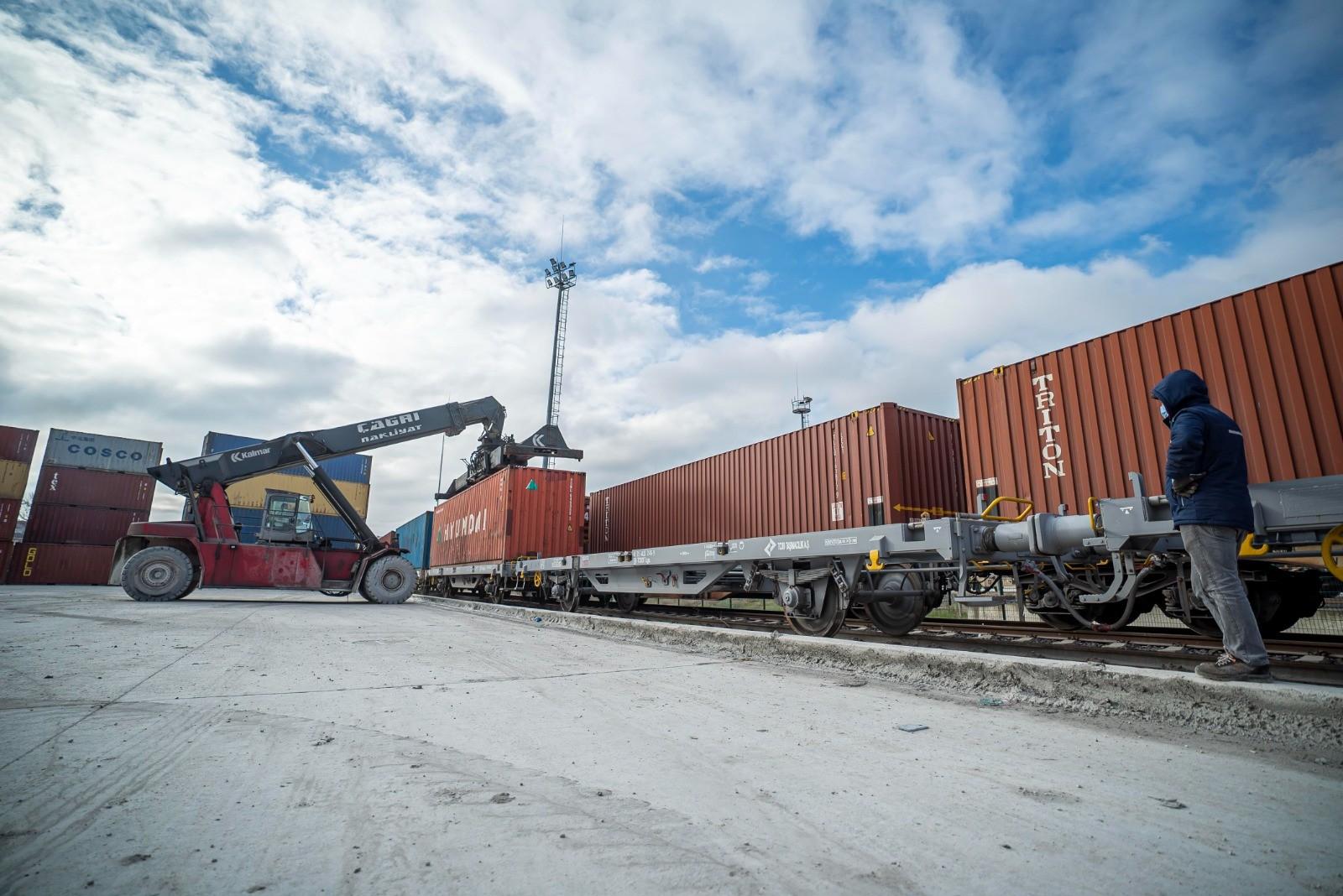 """<p>Ulaştırma ve Altyapı Bakanlığı,, Türkiye'den Çin'e gidecek ikinci ihracat yük treninin 42 vagon/konteyner içerisinde bin 400 adet buzdolabı yüküyle 20 Aralık saat 19.05'de Çerkezköy'den hareket ettiğini bildirdi.</p> <p></p> <p>Türkiye'den Çin'e hareket eden ilk ihracat treni, Ulaştırma ve Altyapı Bakanı Adil Karaismailoğlu'nun katıldığı törenle 4 Aralık 2020 tarihinde İstanbul'dan uğurlanmış, toplamda 8 bin 693 kilometre yol kat edip; 2 kıta, 2 deniz ve 5 ülke geçen ihracat treni, 19 Aralık sabah saatlerinde Çin'in Xi'an şehrine ulaşmıştı.<br /><br /></p> <p><strong>42 konteyner içinde beyaz eşya taşıyacak</strong></p> <p></p> <p>Ulaştırma ve Altyapı Bakanlığı, Türkiye'den Çin'e gidecek ikinci ihracat yük treninin de yola çıktığını bildirdi. Bakanlık tarafından yapılan açıklamada şu ifadelere yer verildi:<br />""""Türkiye-Çin arasında ikinci ihracat treni Çerkezköy'den 42 vagon/konteyner içerisinde bin 400 adet buzdolabı yüküyle 20 Aralık 2020 tarihinde saat 19.05'de Çerkezköy'den hareket etmiştir. Toplam uzunluğu 770 metre olan ihracat treni bu sabaha karşı Marmaray'dan geçmiş, İzmit'e (Köseköy) ulaşmıştır. Burada gümrük işlemlerinin tamamlanmasının ardından gün içerisinde Çin Xi'an şehrine doğru yoluna devam etmiştir.""""<br /><br /></p> <p><strong>Türkiye, Asya-Avrupa arasında transit taşımacılığın merkezi haline gelecek</strong></p> <p></p> <p>Açıklamada, ihracat treninin Türkiye'nin Asya-Avrupa arasındaki transit taşımacılığın merkezi haline geleceğinin en önemli kanıtı olduğu vurgulanırken; ihracat treninin takip edeceği güzergâh bilgileri de paylaştı. Türkiye içinde İstanbul (Marmaray)-İzmit(Köseköy)-Eskişehir-Ankara-Kırıkkale-Sivas-Erzincan-Erzurum-Kars güzergâhını izleyecek trenin, Ahılkelek İstasyonu'ndan yurt dışına çıkış yapacağı bildirildi.</p> <p></p> <p>Yurt dışı parkurunda ise; sırasıyla Gürcistan-Azerbaycan-Hazar Denizi Geçişi Kazakistan ve Çin'in Xi'an şehrinde yolculuğu son bulacak olan trenin, toplamda 42 konteyner içinde beyaz eşya (soğutucu) taşı"""