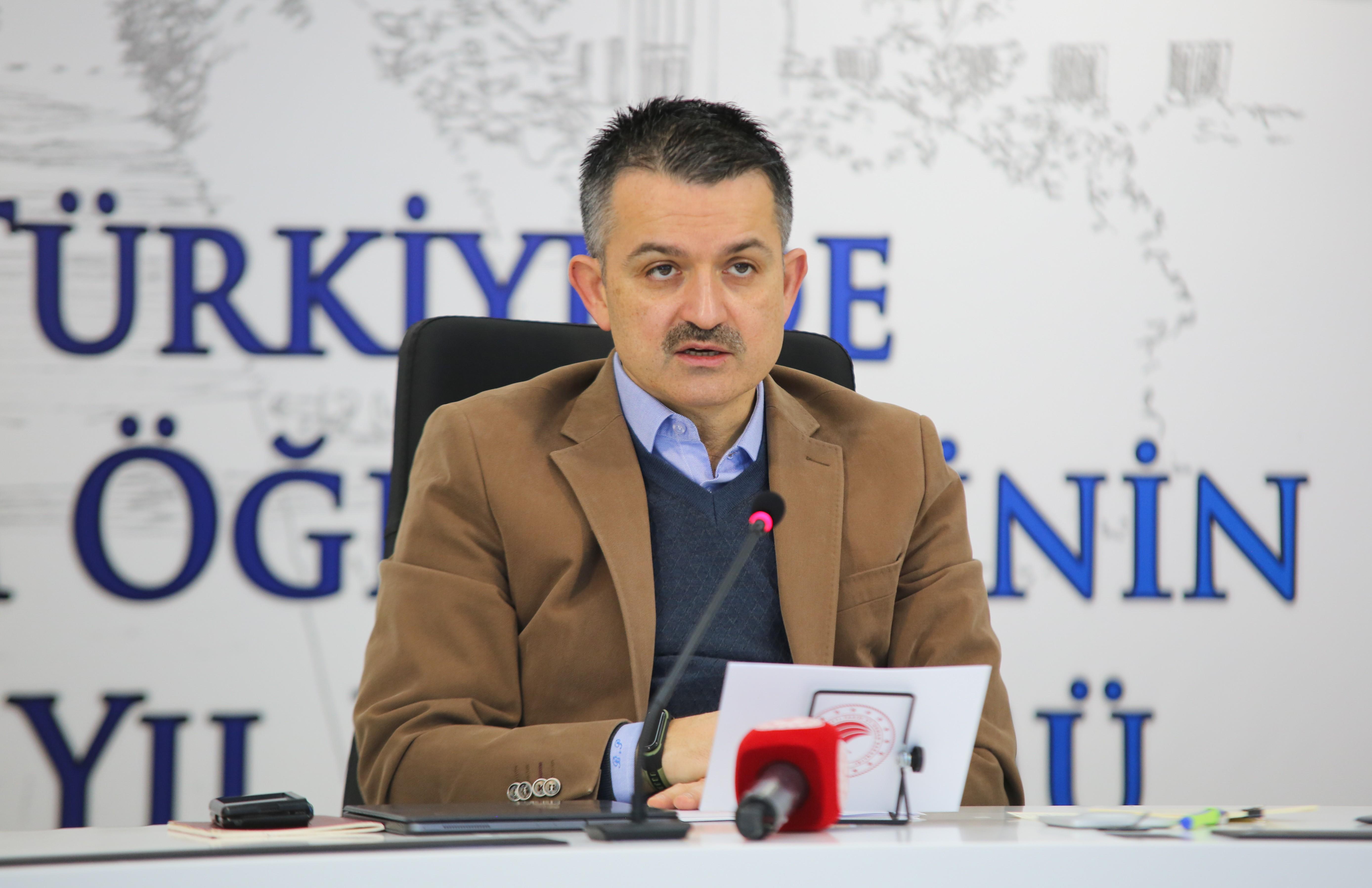 """<p>Tarım ve Orman Bakanı Bekir Pakdemirli, """"Bir şeyi itiraf etmemiz gerekiyor ki, hâlihazırda sahip olduklarımızla bir süre daha idare edebilir, iyi gidebiliriz. Ancak geleceği öngöremezsek, tedbirli ve planlı hareket etmezsek ne kendimize ne de dünyamıza yetemeyeceğiz"""" dedi.</p> <p></p> <p>Ankara Üniversitesi Ziraat Fakültesi tarafından çevrim içi gerçekleştirilen Türkiye'de tarım öğretiminin 175. yıldönümü kutlama programına katılan Tarım ve Orman Bakanı Bekir Pakdemirli, konuşmasının başında Diyarbakır Lice'de teröristlerle çıkan çatışmada şehit olan Jandarma Uzman Çavuş Mehmet Çelik'e rahmet, yaralı askerlere de şifa diledi. Pakdemirli ayrıca, 10 Ocak Çalışan Gazeteciler Günü'nü tebrik etti.</p> <p></p> <p>Türkiye'de futboldan sonra en çok konuşulan konunun tarım olduğunu, tarımdan sonra en çok konuşulan konunun ise eğitim olduğunu söyleyen Bakan Pakdemirli, """"İtiraf etmeliyim ki ben, makul olduğu müddetçe konuşanları da haklı buluyorum. Zira iki hayati şey vardır; karnın doyması, aklın doyması. İşte tam da bu noktada karşımıza tarım eğitimi çıkıyor. Çünkü biliyoruz ki tarım ile bilginin önemini çok iyi kavramış toplumlar daima öndedir, belirleyicidir, tetikleyicidir. Tabii tarım eğitimi, neredeyse insanlık tarihi kadar eski. İnsanı yalnızca tüketen değil, üreten bir varlık konumuna yükselten de yine tarımın kendisi. Binlerce yıldan günümüze kadar şekil değiştirerek devam eden tarımsal üretim, bugün dünyada en önemli ticari sektör, en önemli üretim ve istihdam dalı olmuştur. Artık bütün dünya ülkeleri tarımsal üretime, üretim kaynaklarına bir başka önem veriyor. Çünkü tarımsal üretimin temel amacı olan gıda üretimi, dünyada stratejik sektör olma özelliğini her geçen gün daha da artırıyor. Hatırlarsınız, bundan 40-50 yıl kadar önce, az gelişmiş ülkeler, tarım ülkesi olarak nitelendirildi. Gelişmişlik düzeyini belirleyen ise, tarımdan çok sanayi ve teknolojiydi. Bugün görüyoruz ki tarım; ekonominin ve sanayinin ham maddesi. Bugün tarım; ekolojinin, biyolojinin, ikt"""