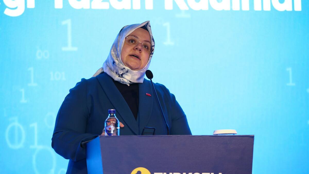 """<p>Aile, Çalışma ve Sosyal Hizmetler Bakanı Zehra Zümrüt Selçuk, Cumhurbaşkanlığı İcraat Programı III. 180 Günlük Eylem Planı kapsamında başlattıkları """"Finansal Okuryazarlık ve Kadınların Ekonomik Güçlenmesi"""" seminerlerinin Covid-19 sebebiyle radyo programları ve çevrimiçi ortamda gerçekleştiğini belirterek, toplamda 386 bin kişiye ulaştıklarını söyledi.</p> <p></p> <p>Bakan Selçuk, seminerlerin finansal okuryazarlık ile ilgili bölümünün Bakanlığın İl Müdürlüklerinde Finansal Okuryazarlık Eğitici Eğitimi alan meslek elemanları tarafından gerçekleştirildiğini belirtti. Selçuk, """"Finansal okuryazarlık çalışmalarını önemsiyoruz. Seminerlerde kadınlarımızın para yönetimi, gelir, harcama, birikim, borç, tasarruf, yatırım araçları, bireysel emeklilik sistemi, çalışma hayatına ilişkin haklar, şikayet mekanizmaları gibi konularda farkındalıklarının artırılmasını amaçlıyoruz. Ayrıca ekonomik açıdan güçlenmelerine yönelik destek ve teşviklere ilişkin de bilgi veriliyor"""" dedi.</p> <p></p> <p>Finansal Okuryazarlık ve Kadınların Ekonomik Güçlenmesi seminerlerinin Covid-19 sebebiyle radyo programları ve çevrimiçi ortamda gerçekleştirildiğini kaydeden Bakan Selçuk, """"Radyo programlarıyla beraber son 4 ayda (Eylül, Ekim, Kasım ve Aralık) 9 ilde (Hatay, Sakarya, Konya, Adana, Ordu, Kayseri, Samsun, Gaziantep, Antalya) toplamda 386 bin kişiye ulaştık"""" ifadelerini kullandı.</p> <p></p> <p>Kadınların ekonomik güçlenmesine yönelik destek ve teşviklere ilişkin oturumlarda, seminerlerin düzenlendiği illerdeki SGK, İŞKUR, KOSGEB, TOBB Kadın Girişimciler Kurulu ve Türkiye İsrafı Önleme Vakfı (TİSVA) temsilcileri tarafından da bilgi paylaşımında bulunuluyor.</p>"""