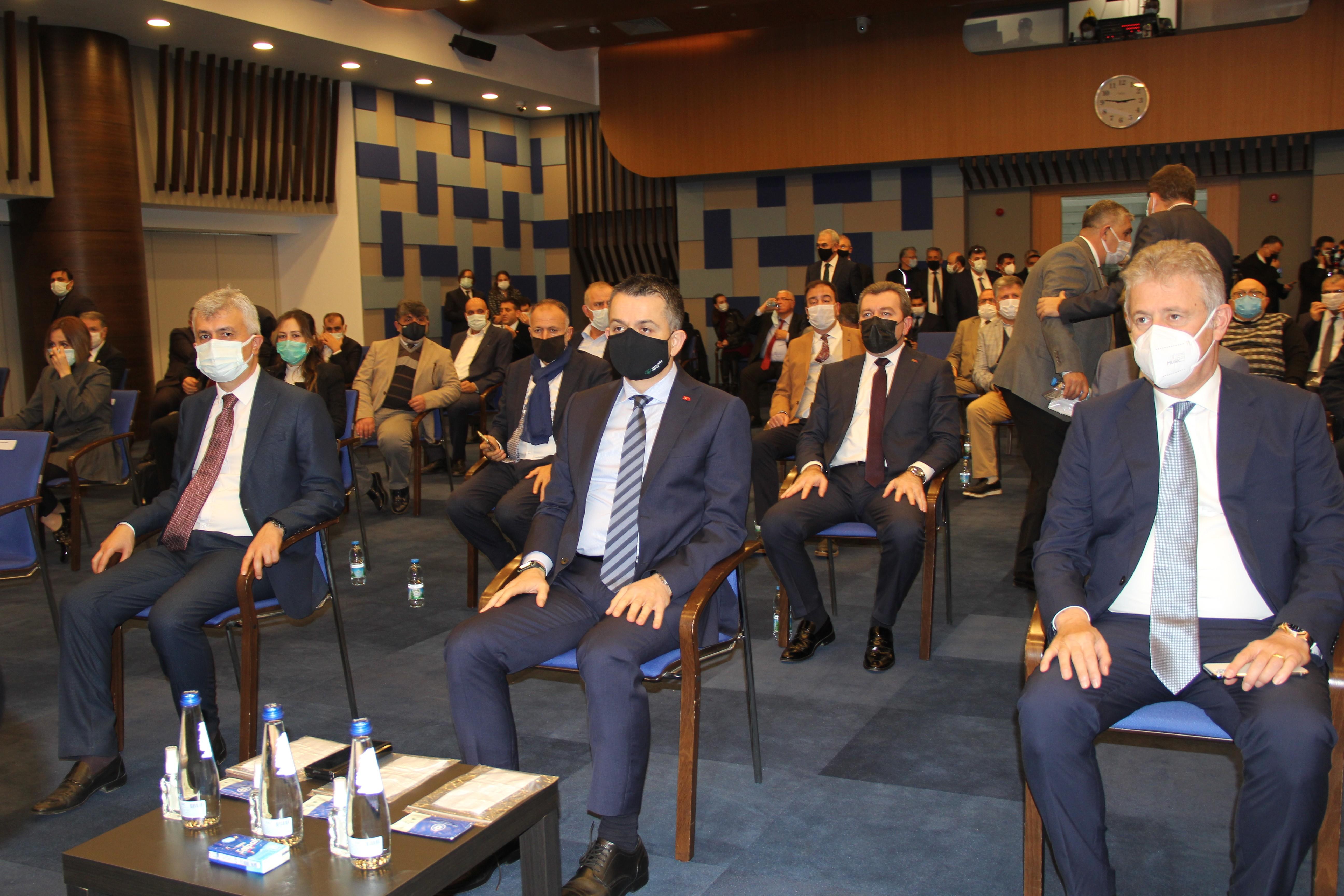 """<p>Tarım ve Orman Bakanı Bekir Pakdemirli, İzmir'de katıldığı """"Tarıma Dayalı İhtisas Organize Sanayi Bölge Projeleri ve Sektörel Konular"""" toplantısında, pandemi döneminde alınan önlemler ve gerçekleştirilen politikalar sayesinde hiçbir problem yaşamadıklarını söyledi. Pakdemirli, kırsal kalkınma konusunda önem verdiklerini belirterek, 35 bin projeye 3.3 milyar TL destek verdiklerini ifade etti.</p> <p></p> <p>Tarım ve Orman Bakanı Bekir Pakdemirli, Tarım Bayramı sebebiyle ve bir çeşit programlara katılmak için İzmir'e geldi. Bakan Bekir Pakdemirli, İzmir Ticaret Odası'nda düzenlenen """"Tarıma Dayalı İhtisas Organize Sanayi Bölge Projeleri ve Sektörel Konular"""" toplantısına katıldı. Toplantıda konuşan Bakan Pakdemirli, pandemi öncesinde aldıkları tedbirler sayesinde bu dönemi bir sıkıntı yaşamadan atlattıklarını söyledi. Pakdemirli, Mart-Nisan ayı gibi bir rahatlama olacağının ön görüldüğünü ifade ederek pandemi döneminde bazı ürünlerde eksiklikle bazılarında ise fazlalıklar yaşandığını, bunu gerçekleştirdikleri politikalarla ve Türk çiftçisinin pratikliğiyle üstesinden geldiklerini söyledi.<br /><br /></p> <p><strong>18 yılda destekler arttı</strong></p> <p></p> <p>Pandemi sonrasında yeni normale geçileceği bir zaman olacağını söyleyen Bakan Pakdemirli, Son 18 yılda, tarımsal hasılamızı 7,5 kat artırdık. 585 tane yeni baraj inşa ettik. 311 milyar TL tarımsal destek verdik. 6,6 milyon hektar araziyi sulamaya açtık. 5,1 milyar fidan diktik. 200 bin vatandaşımıza istihdam sağladık, tohumluk ihracatımızı 10 kat artırdık, tohumluk üretimimizi 8 kat arttırdık. Çiftçiye yüzde 52 destek verdik. Bunun karşılığında da sürekli bir büyüme performansı içerisinde olduk. Her sektörün 2020'nin 0,3-5 arası civarında büyümesi varken tarım ve orman sektöründe yüzde 0,5 oranında büyüme oldu. Cumhurbaşkanlığı sistemiyle tarım sektörü 2,5 yılda tüm çeyreklerde büyüdü. Kırsal kalkınma son derece önemli. Bu hareket Türkiye'de yavaşlamış olsa da tamamen durmuş değil. Benim hep söylediğimiz bir"""