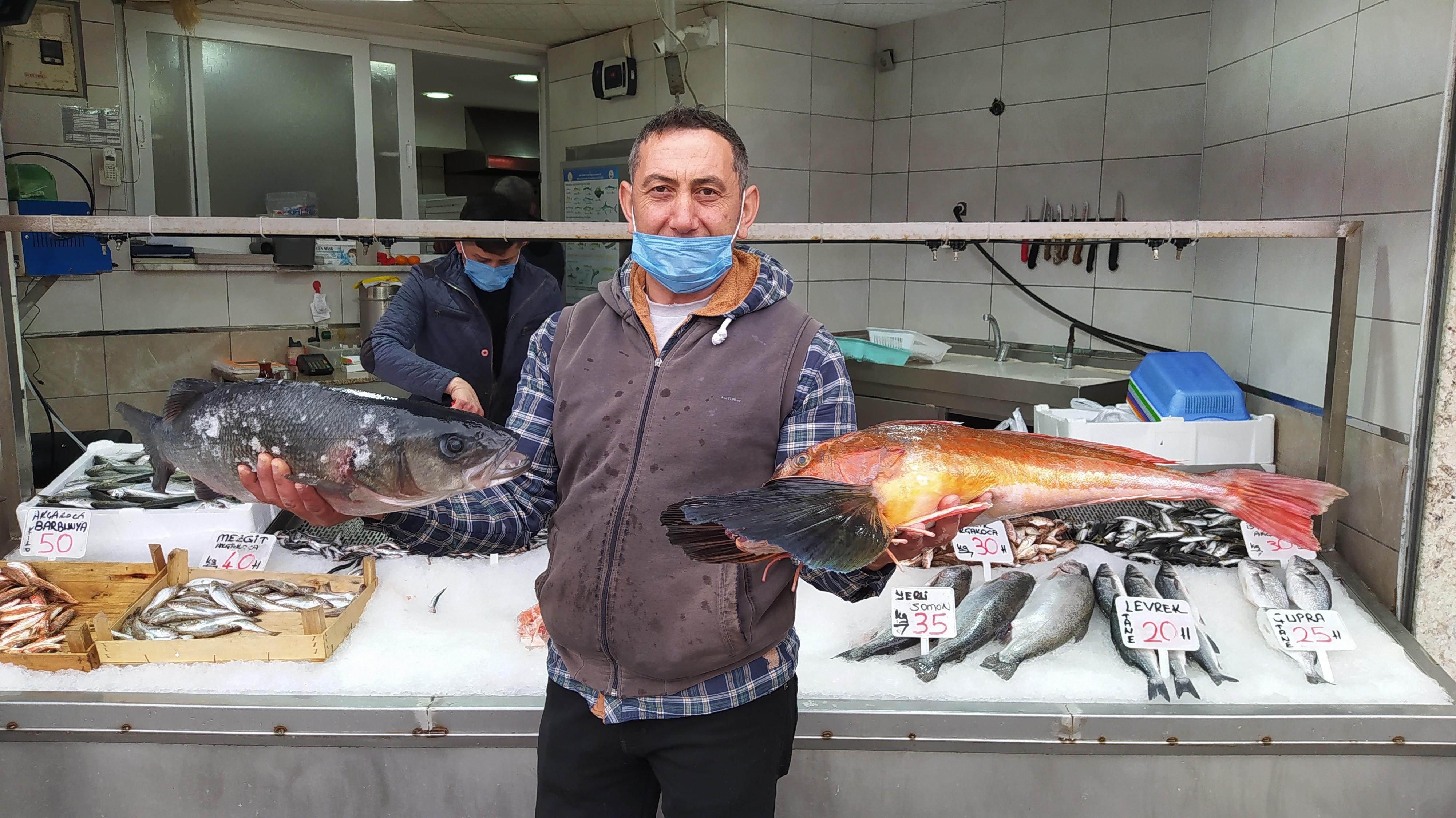 <p>Düzce'nin Akçakoca ilçesinde denize açılan balıkçılar, kırlangıç ve levrek ile döndü. Tezgahları süsleyen balıklar Karadeniz'de bereket yaşatırken, kırlangıç kilosu 100, levrek ise kilosu 140 TL'den satışa sunuldu.</p> <p></p> <p>Akçakoca'dan tekneleriyle denize açılan balıkçılar, avladıkları kırlangıç ve levrek balıklarıyla Akçakoca Limanı'na dönmenin mutluluğunu yaşadı. İlçenin balıkçı tezgahında sergilenen 4 kilo ağırlığında kırlangıç balığının kilosu 100 TL'den satışa çıkarıldı. 5 kilo ağırlığındaki Karadeniz levreği ise kilosu 140 TL'den satışa sunuldu.</p> <p></p> <p>Balıkçılar, bu sezon önce palamut, ardından da hamsinin bol yakalandığını belirterek, pandemi döneminde satışlardan memnun olduklarını kaydettiler.</p>