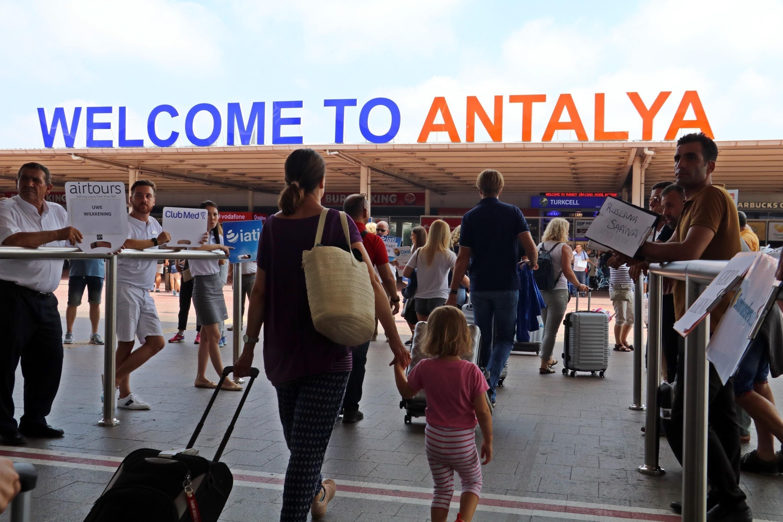 """<p>Korona virüsün turizme olan etkileri yavaş yavaş ortaya çıkıyor. Ekonomik gelirinin tamamını turizm üzerinden karşılayan ülkeler zor günler geçiriyor. Resmi veriler açıklandığında turizm gelirli ülkelerin ekonomik yapılarının da şekilleneceğini ön gören Antalya Kent Konseyi Turizm Çalışma Grubu Başkanı Recep Yavuz, """"Eskiler tarihe karışacak ve turizm yeniden yazılacak"""" dedi.<br />Bugüne kadar 100 milyon kişiye bulaşan ve yaklaşık 2 milyon kişinin hayatına mal olan Korona virüsün turizme olan ekonomik etkileri yavaş yavaş ortaya çıkıyor. Ekonomisi tamamen turizme dayalı ülkeler büyük bir krizin eşiğinde. 2020 yılının resmi verileri henüz açıklanmasa da Dünya Turizm Örgütü (UNWTO) dünya genelinde ekonomik kaybın 1 trilyon doların üzerinde olabileceğini öngörüyor.<br /><br /></p> <p><strong>""""En büyük kayıp 185 milyar dolarla Amerika'da olacak""""</strong></p> <p></p> <p>Resmi olmayan verilerle, Dünya turizm örgütünün verilerini birleştirerek ülkelerin yaklaşık kayıplarını gösteren bir tablo oluşturan Antalya Kent Konseyi Turizm Çalışma Grubu Başkanı Recep Yavuz, """"En büyük kayıp 185 milyar dolarla Amerika'da olacak. Turizmin klasikleri İspanya 56,7 milyar dolar, Fransa 50,4 milyar, İtalya 35 milyar dolar kayıp yaşayacak. Daha az turist getirmekle birlikte , turizm gelirinin yüksek olmasından kaybının da en yüksek olduğu ülkelerden biri Tayland olacak. Ülkesindeki neredeyse bütün fuarları ve uluslararası organizasyonları iptal eden Almanya özellikle şehir turizminde elde ettiği geliri, 42 milyar dolar kayıp olarak yaşayacak. Türkiye, geçtiğimiz seneki yükselişinin ardından 2020 yılında korona etkisiyle yaklaşık 35 milyon turist kaybı ile 25,5 milyar dolar turizm gelirinden mahrum kaldı. Veriler tahminidir, ocak ayı sonunda yayınlanacak TUİK verileri sonrasında tekrar revize edilebilir"""" diye konuştu.<br /><br /></p> <p><strong>""""Fransa artık dünya birincisi olmayacak""""</strong></p> <p></p> <p>Tahminlerine göre Fransa'nın artık turizmde dünya birincisi olmayacağını söyleyen """