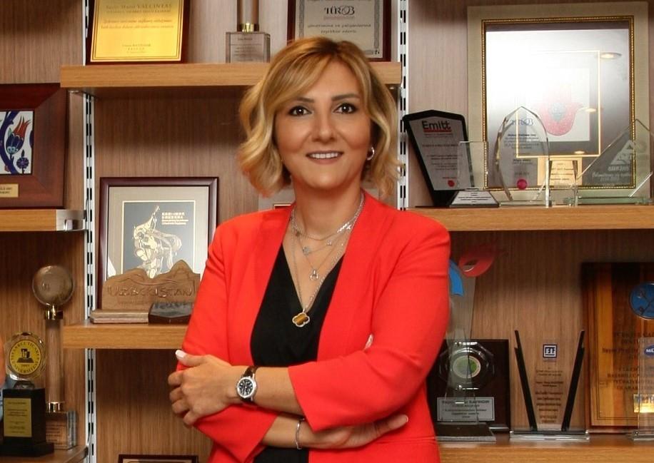 """<p>Türkiye Otelciler Birliği (TÜROB) Başkanı Müberra Eresin, birliğin kuruluşunun 50. yılı onuru ve Covid-19 pandemisinin olumsuz koşulları dikkate alınarak, üyelerden 2021 yılı için yıllık üye aidatı alınmayacağını açıkladı.</p> <p></p> <p>Bu yıl kuruluşunun 50. yıldönümünü kutlamaya hazırlanan turizm ve konaklama sektörünün en büyük ve etkin sivil toplum kuruluşlarından Türkiye Otelciler Birliği (TÜROB), üyelerine yönelik desteğe imza atıyor. Birliğin başkanı Müberra Eresin, yönetim kurulunun oybirliği ile aldığı kararla, kuruluşunun 50. yılı onuru ve Covid-19 pandemisi nedeniyle olumsuz koşullar dikkate alınarak önceki dönemlere ilişkin aidat borcu bulunmayan üyelerden 2021 yılı için yıllık üye aidatı alınmayacağını belirtti.<br />Eresin, konuyla ilgili değerlendirmesinde, """"Nitelikli işletmelerden oluşan değerli üyelerimizden aldığımız güç ile 1971'den bu yana ülkemizin konaklama sektörünü temsil eden dinamik, kapsayıcı ve en köklü meslek örgütü olmanın gururunu tam 50 yıldır yaşamaktayız. Bu itibarla, pandemi sürecinin zorlu şartlar ile birlikte 50. kuruluş yılımızda dayanışmanın ve güç birliğinin altını bir kez daha çizmek istiyoruz"""" dedi.</p> <p></p> <p><strong>""""Desteklerimiz sürecek""""</strong></p> <p></p> <p>""""Sektör kuruluşları ve üyelerimiz için dost kapısı olmaya çok önem verdik"""" diyen Eresin, şunları söyledi: """"Pandemi süreciyle birlikte STK'ların ne kadar önemli olduğu bir kez daha ortaya çıktı. Bu süreçte etkin olarak, gerek işverenlerin işletmelerinin faaliyetlerini sürdürmesi ve finansal açıdan ihtiyaçlarının karşılanması, gerekse çalışanların gelişmelerden ekonomik ve sosyal açıdan olumsuz etkilenmemeleri için ilgili Bakanlıklar ve Kurumlarla işbirliği içinde çok sayıda uygulamanın yürürlüğe konulmasına öncülük ettik. Turizmin pandemi nedeniyle hem global hem yerel düzeyde kötü günler yaşadığı böyle bir dönemde dahi üyelerimizle olan iletişimizi, sağladığımız bilgi akışını aksatmadık. Otellerimizde çalışan, hatta bize üye olmayan otellerde de çalışanlar"""