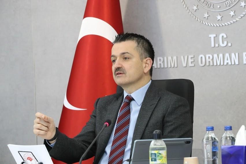 """<p>Tarım ve Orman Bakanı Bekir Pakdemirli, """"Buradan gururla söylüyorum, Türkiye tarımsal hasılada Avrupa'da lider, dünyada ise ilk 10 arasındadır. Dünyadaki 19 trilyon dolarlık toplam ticaretin 1,5 trilyon dolarlık kısmını, yani yüzde 8,7'sini tarım ve gıda ticareti oluşturuyor"""" dedi.<br />Tarım ve Orman Bakanı Pakdemirli, video konferans yöntemiyle tarım müşavirleri ile Türkiye İhracatçılar Meclisi tanışma ve istişare toplantısına katıldı. Pandemi döneminde alınan 101 tedbir sayesinde gıda arzı ile ilgili hiçbir sorunla karşılaşılmadığını belirten Bakan Pakdemirli, """"Tarımsal üretimin kesintisiz devamını sağladık. Gıda tedarik ve lojistik zincirlerini doğru yönlendirerek Avrupa'da, Amerika'da gördüğümüz market manzaraları ile karşılaşmadık. Kısacası bu süreçte tarıma daha sıkı sarıldık ve yeni projeleri bir bir hayata geçirdik. Sonuçta 2020 yılında pandemiye rağmen tarım sektörü bitkisel üretimden hayvancılığa, tarımsal hasıladan ihracata kadar her alanda büyümeye ve gelişmeye devam etti"""" şeklinde konuştu.<br /><br /></p> <p><strong>""""Su ürünleri yetiştiricilik üretimimiz 2019 yılında 374 bin tona ulaşarak Cumhuriyet tarihinin üretim rekorunu kırmıştır""""</strong></p> <p></p> <p>Bitkisel üretim miktarının 2020 yılında 124 milyon tonu aşarak Cumhuriyet tarihinin rekorunu kırdığını ifade eden Bakan Pakdemirli şunları söyledi:<br />""""Hayvan varlığımızda ise son bir yılda çok ciddi artışlar yaşadık. Büyükbaş hayvan varlığımızı yüzde 4,2 artışla 18,6 milyon başa, küçükbaş hayvan varlığımızı ise yüzde 13,6 artışla 55,1 milyon başa çıkardık. Su ürünleri yetiştiricilik üretimimiz ise 2019 yılında 374 bin tona ulaşarak, yine Cumhuriyet tarihinin üretim rekorunu kırmıştır. Tüm bu üretim artışlarının arkasında iki faktör ön plana çıkıyor. Birincisi, üreticiye ve yatırımcıya verdiğimiz destekler. Son 18 yılda üreticilerimize reel rakamlarla toplam 311 milyar lira tarımsal destek verdik. Cumhurbaşkanlığı Hükümet Sistemi'yle birlikte tarımsal desteği yüzde 65 artışla 24 milyar liraya"""