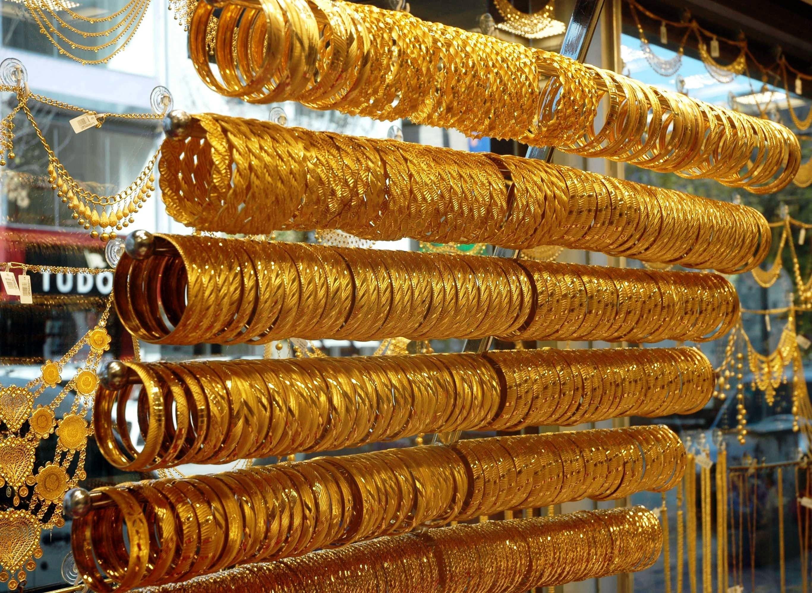 <p>Ons altın virüsün mutasyona uğramasıyla sert yükseldi. İç piyasada dolar/TL paritesindeki düşüşe bağlı olarak gram altın 468 lira, çeyrek altın ise 770 liradan satılıyor.<br /><br /></p> <p>Yeni tip koronavirüsün mutasyona uğramış türünün İngiltere'de görülmesinden sonra altının ons fiyatı sert bir yükselişe geçti. Ons altın mutasyon açıklamalarının ardından 1850 dolardan 1900 dolara fırladı. İç piyasada dolar/TL paritesindeki düşüşe bağlı olarak gram altın 468 lira, çeyrek altın 770 liradan satılıyor.</p>
