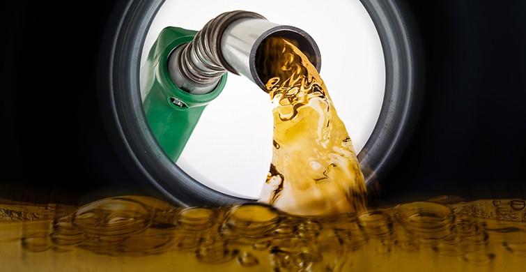 <p>Bu gece yarısından itibaren geçerli olacak şekilde benzinin litre satış fiyatına 7 kuruş indirim yapıldı.<br /><br /></p> <p>Enerji Petrol Gaz İkmal İstasyonları İşveren Sendikası'nın (EPGİS), yaptığı duyuruya göre bu gece yarısından itibaren geçerli olmak üzere benzinin litre satış fiyatına 7 kuruş indirim yapıldı. Fiyat indiriminin ardından benzinin litre satış fiyatı İstanbul'da ortalama 7,18 liradan 7,11 liraya, Ankara'da 7,28 liradan 7,21 liraya, İzmir'de ise 7,34 liradan 7,27 liraya gerileyecek.<br /><br /></p> <p>Dağıtım firmalarının belirlediği fiyatlar rekabet ve serbesti nedeniyle şirketler ve kentlere göre küçük değişiklikler gösteriyor.</p>