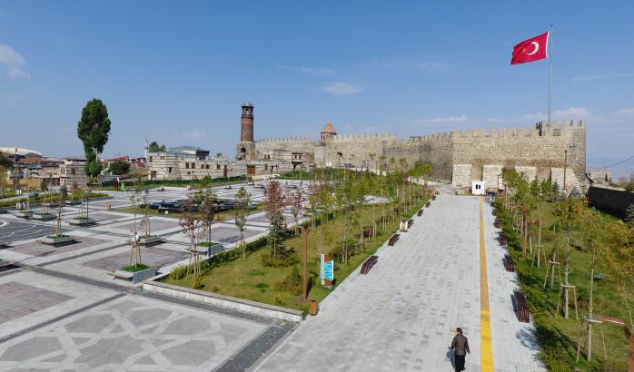 <p>Sanayi ve Teknoloji Bakanlığı 2020 Kasım dönemi Erzurum teşvik verilerini paylaştı. Erzurum'da Kasım ayında 1 bölgesel, 2 genel olarak 3; Ocak-Kasım ayları kapsamında 29 bölgesel, 9 genel kategoride toplam 38; 2001-2020 yıllarını kapsayan 19 yıllık süreçte ise 129 bölgesel, 310 genel toplam 439 yatırım teşvik belgesi aldı.</p> <p></p> <p><strong>Erzurum Kasım Verileri</strong></p> <p></p> <p>Sanayi ve Teknoloji Bakanlığı Teşvik Bülteni kayıtlarına göre, Erzurum'da bu yılın Kasım ayında 1 bölgesel, 2genel yatırım teşvik kapsamına girdi. Bölgesel teşvikli yatırımlar için 2, genel bazlı yatırımlar için ise 21 milyon TL tutarında harcama gerçekleştirildi. Bölgesel yatırımlarla 12 kişilik istihdam kapasitesi oluşturuldu<br />Erzurum Ocak - Kasım Dönemi<br />Bu yılın Ocak - Kasım ayları arasında ilde ekonomiye kazandırılan 29 bölgesel, 9 genel düzeyli 38 yatırım teşvik belgesi aldı. Bölgesel yatırımlar için 1.1 milyar, genel yatırımlar için 160 milyon olarak toplam 1 milyar 262 milyonluk harcama kaydedildi. Bölgesel yatırımlarda 2 bin 132, genel yatırımlarda 31, toplam 2 bin 163 kişilik istihdam hacmi öngörüldü.<br />Erzurum 2001 - 2020 Dönemi<br />Erzurum'da 2001 - 2020 yılları arasında 2'si yabancı sermaye menşeli, 129 bölgesel, 310 genel olmak üzere toplam 439 yatırım teşvik kapsamında değerlendirildi. Teşvikli bölgesel yatırımlar için 2 milyar 160 milyon, genel yatırımlar için ise 2 milyar 73 milyon olarak toplam 4 milyar 233 milyon harcama yapıldı. Bölgesel yatırımlarla 8 bin 239, genel teşvikli yatırımlarla da 4 bin 25 kişi iş edildi.</p> <p></p> <p><strong>Bölgesel Yatırımlar Payı</strong></p> <p></p> <p>Bu yılın Kasım ayında belge alan teşvikli yatırımlar içinde bölgesel kategorideki yatırımlar yüzde 34'lük oran oluşturdu. Ocak - Kasım ayları diliminde bölgesel yatırım payı yüzde 76,31, 2001 - 2020 yılı kaydında ise yüzde 29,3 oldu. 19 yıllık süreçte genel bazlı teşvikli yatırım sayısı ise toplamda yüzde 70.6'lık oran gösterdi.<br />Kasım Ayı Yatırım Teşvik Bel