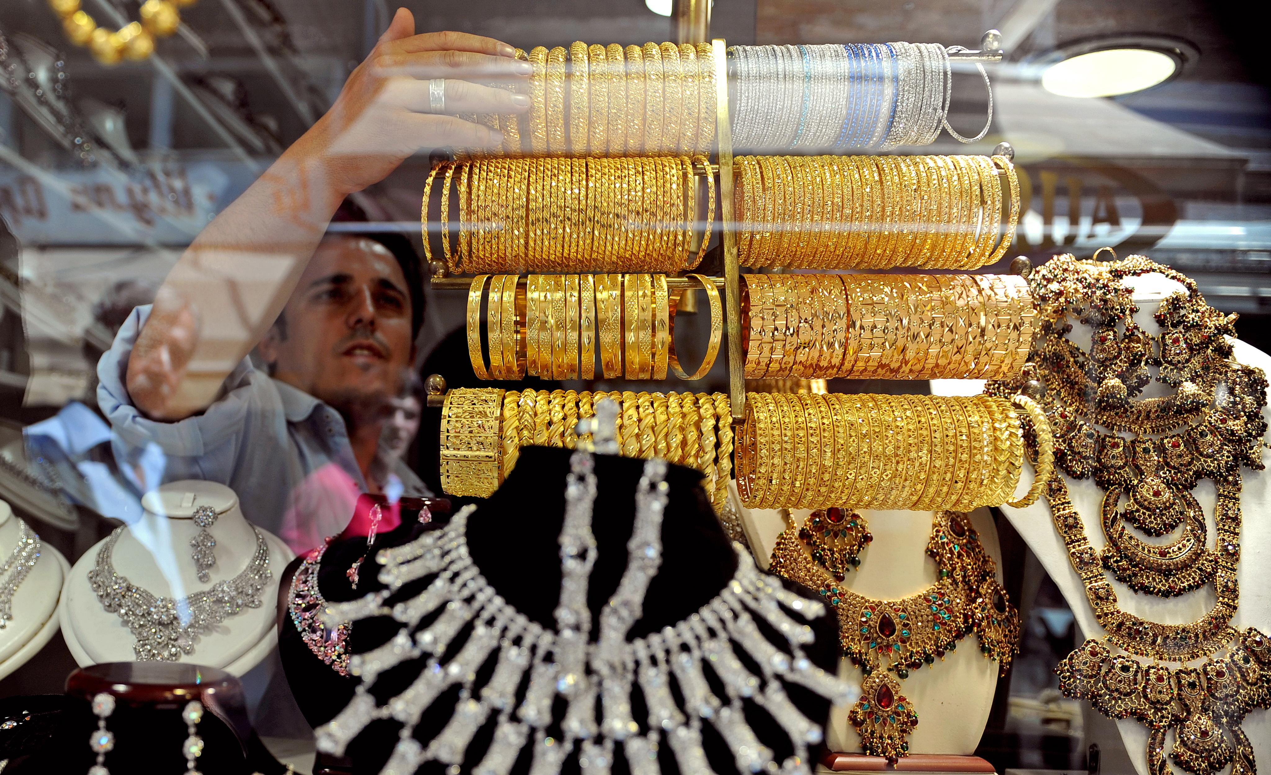"""<p>İç piyasada altın fiyatları Ons fiyatındaki gerileme ile dolar kuruna da bağlı olarak düşüşe geçti. Dün kapanışta 454 lira seviyesinde olan gram altın haftanın son gününde 448 liradan işlem görüyor.<br />Yaklaşık iki haftadır düşüş eğiliminde olan altın, haftanın son gününde 448 liradan işlem görüyor. Dolar/TL paritesi ve küresel piyasalarda Ons fiyatlarının gerilemesinden dolayı iç piyasada da yön aşağı döndü. Şu sıralarda gram altın fiyatı 448 liradan işlem görürken düşüşün devam edeceği öngörülüyor.</p> <p></p> <p><strong>""""Düşüş devam edecek""""</strong></p> <p></p> <p>Atının düşüşü ile birlikte vatandaşın altına talebi arttığını söyleyen kuyumcu esnafı, gram altın, çeyrek altın, yarım altın ve Cumhuriyet altının talep gördüğünü belirtti.<br />Altın fiyatlarının düşüşe geçtiğini belirten kuyumcu Serkan Tunçbilek, """"Altın güne 450 seviyesinden başladı. Dün ise kapanışı 454 ile yapmıştı. Altında ki düşüşün en büyük sebebi ABD'deki belirsizlikten kaynaklanıyor. Bunun yanında aşı haberlerinin gelmesi, vaka sayılarının düşmesi ve altının Ons fiyatının da gerilemesi etkili oluyor. Bu düşüş devam edebilir ancak yaz ayının ve düğün sezonun açılmasıyla 500 TL'nin üzerinde ivme bekleniyor. Gram altının şu anda fiyatı 450 TL, çeyrek altın 740 TL, yarım altın bin 480 TL, Cumhuriyet atını da 3 bin 20 TL'den satılmakta. Altın fiyatlarının düşmesiyle çeyrek, gram ve Cumhuriyet altınına yoğun talep var"""" şeklinde konuştu.</p>"""