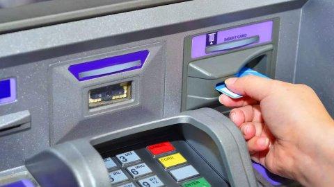 <div class=hbptHead pb0> <p class=haber_ozet selectionShareable>Kamu bankaları tüm ATM'leri tek bir ATM'de toplama kararı aldı. Buna göre Ziraat Bankası, Halkbank, Vakıfbank, Ziraat Katılım, Vakıf Katılım, PTTBank ve Emlakbank ocak ayı içerisinde protokol imzalayacak. Proje sayesinde yıllık 1 milyar lira tasarruf beklenirken Türkiye geneline 15 binin üzerinde ATM konulacak.</p> </div> <div class=hbptContent haber_metni> <p class=selectionShareable></p> <p class=selectionShareable>Tüketicilerin finansal işlemler noktasında artık en fazla kullandığı araçların başında ATM'ler geliyor. Her ne kadar pandemi etkisiyle bankaların dijital kanallarındaki hareketlilik artsa da ATM'ler hala çoğu vatandaş için bankacılık işlemlerinde ilk fiziki tercih noktası olmayı sürdürüyor.</p> <h3></h3> <h3>Maliyet Yüksek</h3> <p class=selectionShareable>Ancak ATM'ler bankalar için ayrıca bir maliyet oluşturuyor. Bu maliyetin en büyük kısmını, ilk yatırım tutarı ve kira alsa da devamındaki lisans, yazılım, bakım, temizlik ve enerji giderleri de önemli bir yer tutuyor. Sektör kaynaklarından edinilen bilgilere göre, maliyetlerde tasarruf oluşacak büyük bir proje hayata geçiyor. Buna göre kamu bankalarının tüm ATM'leri tek bir noktada toplanacak.</p> <p id=inPageAd class=selectionShareable></p> <h3>1 Milyarlık Tasarruf</h3> <p class=selectionShareable>Ziraat Bankası, Halkbank, Vakıfbank, Vakıf Katılım, Ziraat Katılım, PTTBank ve Emlakbank'a ait farklı ATM'ler artık tek bir cihaz üzerinden hizmet verecek. Bankalara ait ATM'lerde daha önce kendi tasarımları kullanılıyordu ancak yeni proje ile ATM'ler üzerinde ortak bir tasarım var. Yıllık bir 1 milyar liralık tasarruf sağlanması hesaplanan proje için bankalar bu ay bir protokol imzalayacak. Bu doğrultuda ilk etapta Türkiye<strong></strong>genelinde 15 bin noktaya ortak ATM'lerden yerleştirilecek.</p> <h3></h3> <h3>Üç banka eşit hissedar</h3> <p class=selectionShareable>Hürriyet'in haberine göre, kısa adı TAM olan 'Türkiye'nin ATM Merkezi Projes