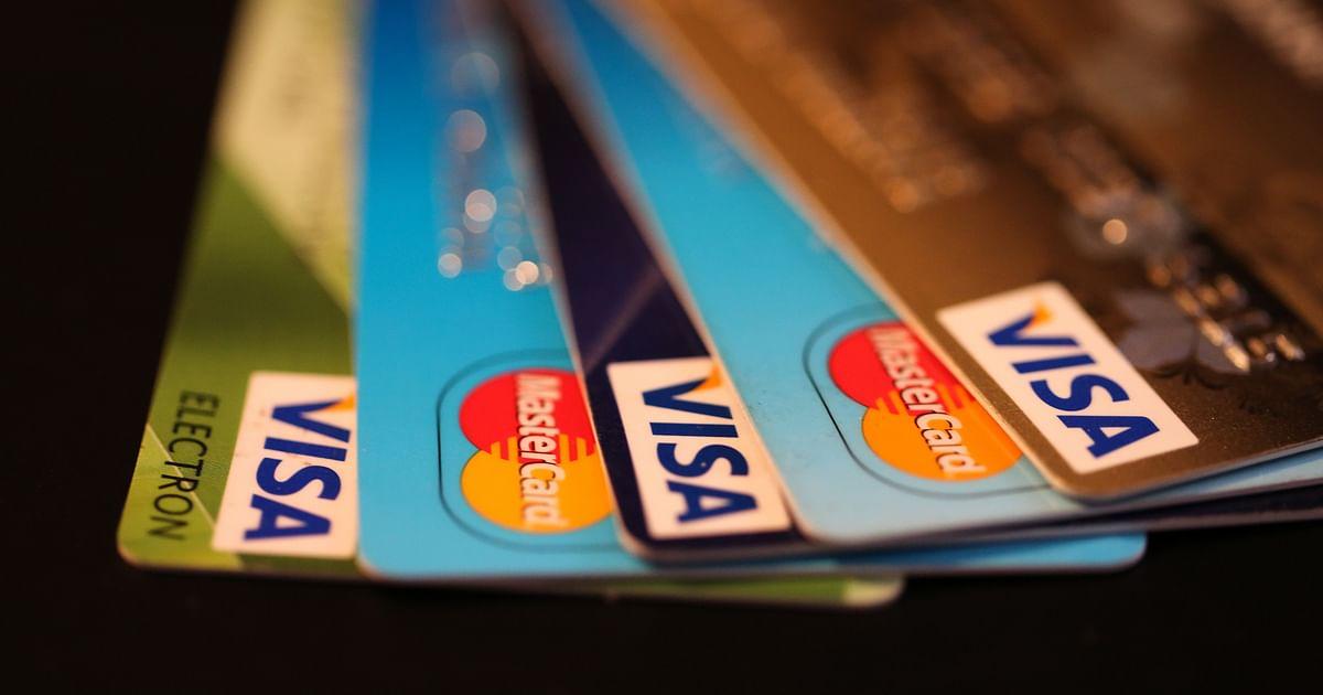 <p>BDDK, bazı kredi kartı alışverişlerinde ve taşıt kredilerinde vadeyi düşürdü.</p> <p></p> <p>Bankacılık Düzenleme ve Denetleme Kurumu (BDDK), kredi vade sınırları ve kredi kartı taksit sınırlarında bazı değişiklikler yaptı. Buna göre, basılı ve külçe halinde olmayan kuyumla ilgili harcamalarda kredi kartlarında taksitlendirme süresini 8 aydan 6 aya indirildi. 3 bin 500 liraya kadar olan televizyon alımları hariç elektronik eşya alımlarında taksit süresi 6 aydan 4 aya çekildi. Mobilya ve elektrikli eşyada da taksit sayısı 18 aydan 12 aya inecek. Taşıt kredisinde vade 48 aydan 36 aya düştü.</p> <p></p> <p>BDDK, kararların finansal istikrarın sağlanması ve cari açığın azaltılmasına yönelik olarak atılan makro ihtiyati adımlar çerçevesinde alındığını bildirdi.</p>