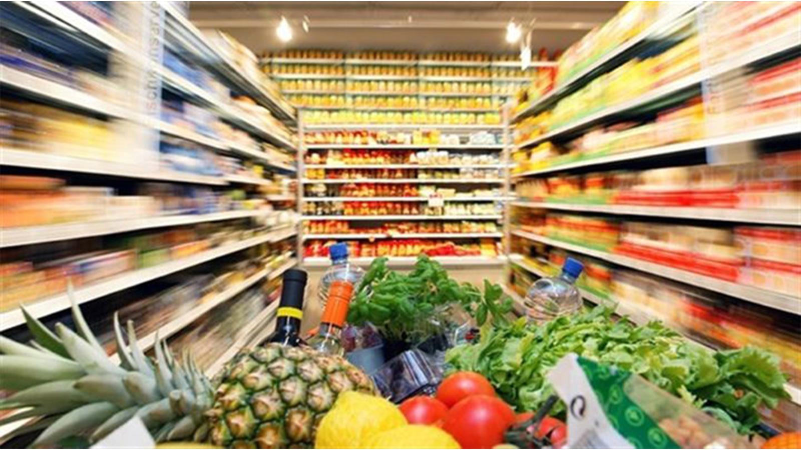 <p>FAO Gıda Fiyat Endeksi, 2020 boyunca üç yılın en yüksek seviyesine ulaştı.</p> <p></p> <p>Birleşmiş Milletler Gıda ve Tarım Örgütü'nün (FAO) bugün yayınladığı veriye göre, dünya gıda fiyatları Aralık ayında süt ürünleri ve bitkisel yağlar başta olmak üzere üst üste 7'nci ayda da arttı.<br />FAO Gıda Fiyat Endeksi Aralık ayında ortalama 107.5 puan ile Kasım ayına göre yüzde 2.2 daha yüksek oranda gerçekleşti. Yaygın olarak ticareti yapılan gıda emtialarının uluslararası fiyatlarındaki aylık değişiklikleri izleyen endeks, 2020 yılı süresince ortalama 97.9 puan seviyesinde bulunuyor. Bu rakam 2019'a göre yüzde 3.1'lik fazla olmasına rağmen, son üç yılın en yüksek seviyesinde gerçekleşti. Diğer taraftan aynı rakam 2011'deki tarihi zirvenin ise yüzde 25 altında yer alıyor.</p> <p></p> <p>FAO Tahıl Fiyat Endeksi Kasım ayına göre yüzde 1.1 arttı ve 2020'nin tamamı için 2019 seviyesinin ortalama yüzde 6.6 üzerinde seyrediyor. Aralık ayında buğday, mısır, sorgum ve pirinç için ihracat fiyatları, Rusya Federasyonu'nun yanı sıra Kuzey ve Güney Amerika'daki büyüme koşulları ve mahsul beklentileri konusundaki endişelerden dolayı kısmen yükseldi. Yıllık bazda, 2020'de pirinç ihracat fiyatları 2019'a göre yüzde 8.6, mısır ve buğday için ise sırasıyla yüzde 7.6 ve yüzde 5.6 arttı.</p> <p></p> <p>Bitkisel Yağ Fiyat Endeksi Aralık ayında yüzde 4.7 artarak Eylül 2012'den bu yana en yüksek seviyesine ulaştı. Fiyatlar, Palm yağı üreten başlıca ülkelerde devam eden arz sıkışıklığının yanı sıra, uluslararası ticaret Endonezya'daki ihracat vergilerindeki keskin artıştan etkilendi. Uluslararası soya yağı fiyatları, Arjantin'deki hem ezme faaliyetlerini hem de liman lojistiğini etkileyen uzun süreli grevler nedeniyle kısmen yükseldi. Bu alt endeks, 2020'de bir önceki yıla göre ortalama yüzde 19.1 daha yüksekti.</p> <p></p> <p>Süt Ürünleri Fiyat Endeksi Aralık ayında yüzde 3.2 artarak üst üste yedi aydır yükseliyor. Okyanusya'nın süt üretimindeki daha kuru ve daha sıcak koşulların yanı sır